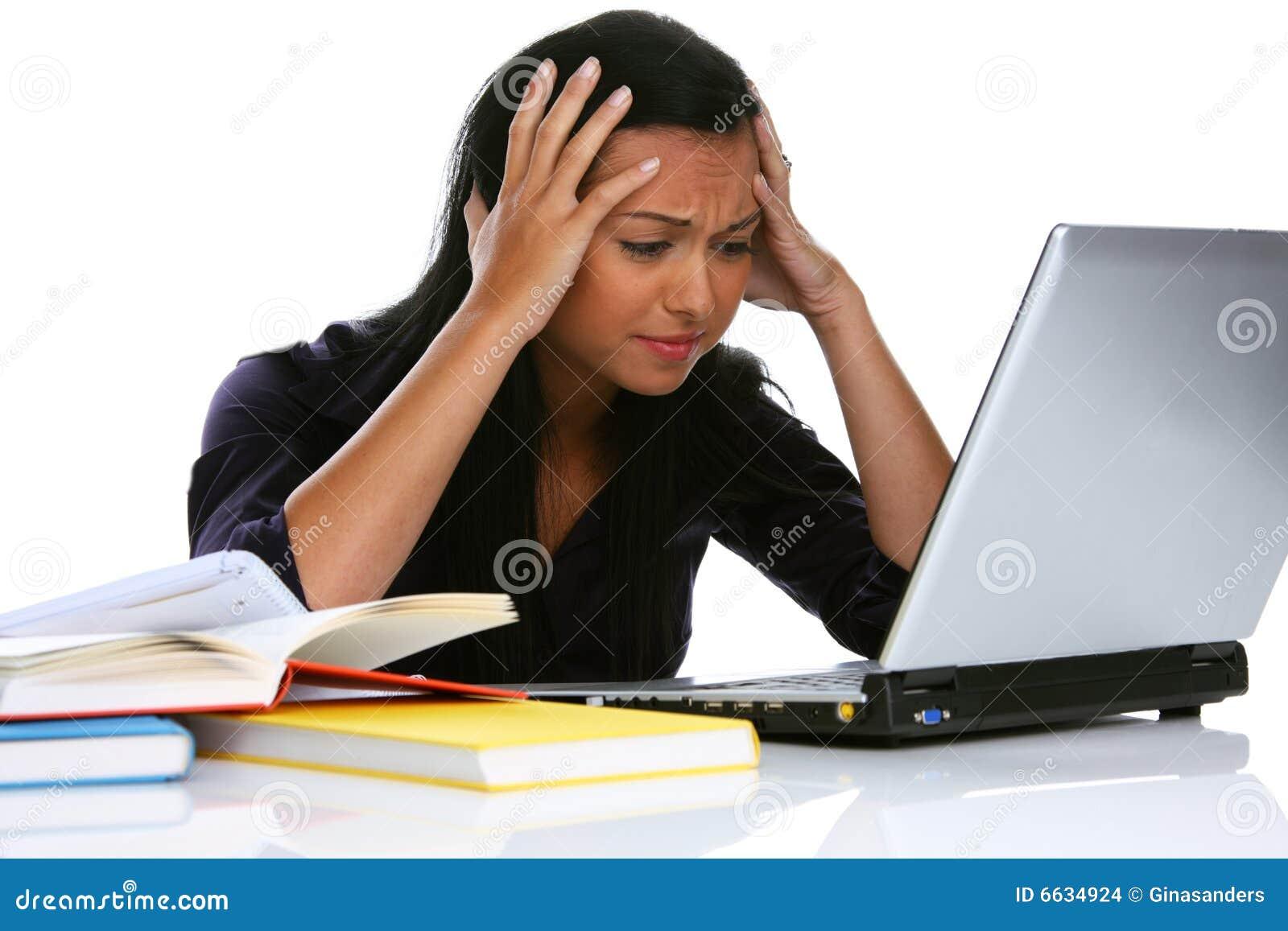 Wanhopige jonge vrouw met een laptop computer