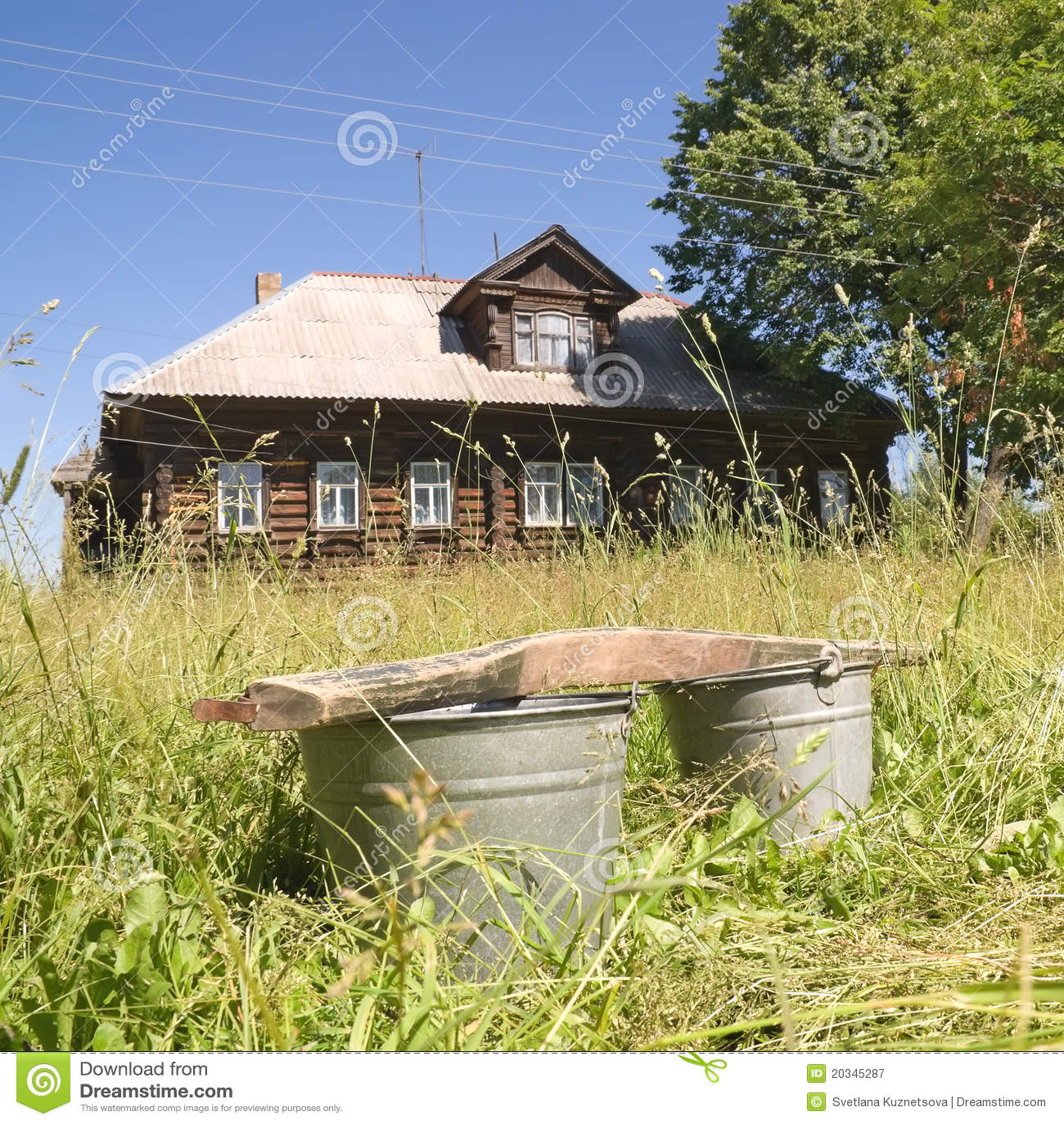 Wannen auf dem Hintergrund eines Dorfhauses