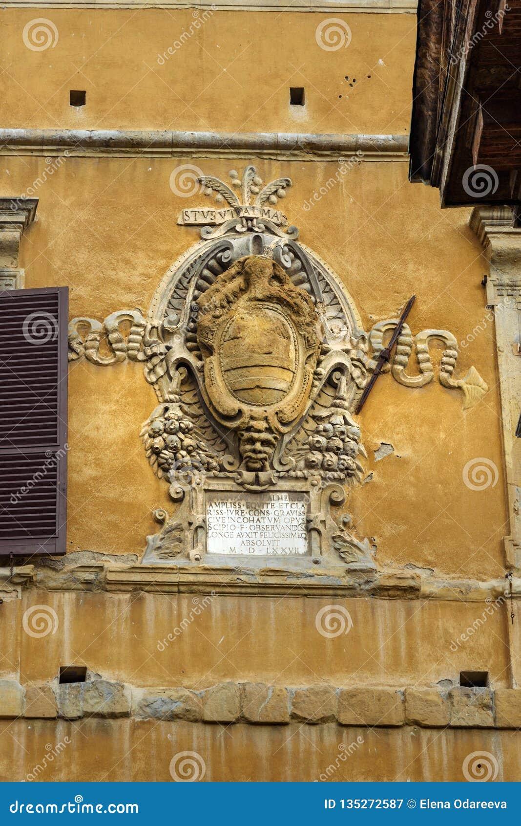 Wapenschild van edele families in muur op Piazza Tolomei in Siena Italië