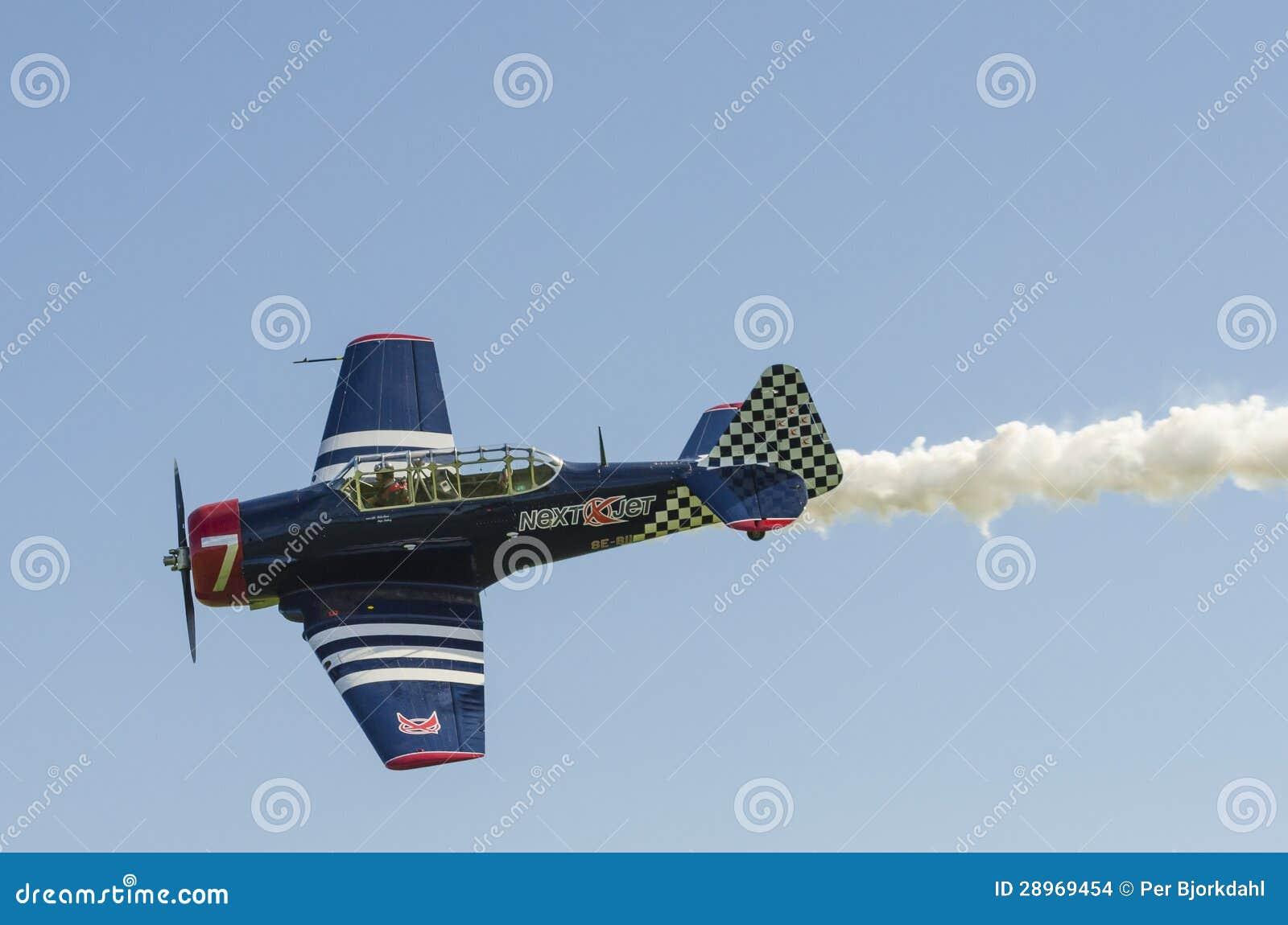 Warbird Harvard z dymem
