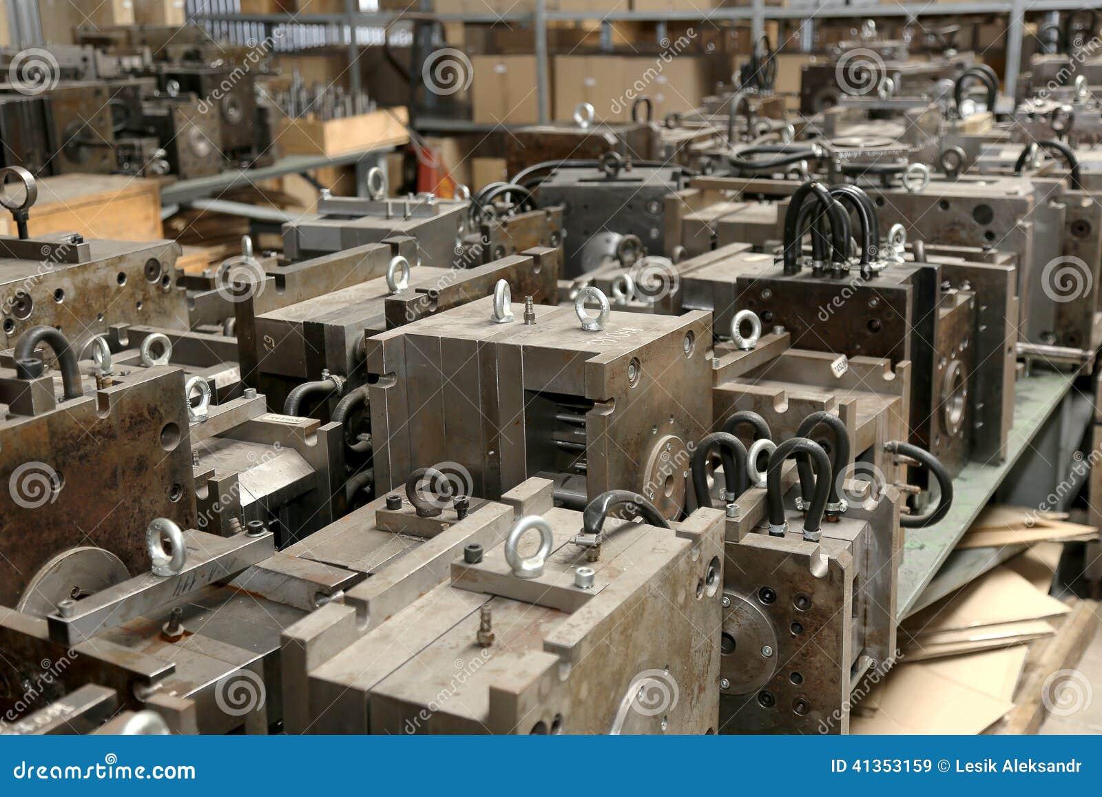 Warehouse metallworkpieces och föråldrade mekaniska plommoner för utrustning