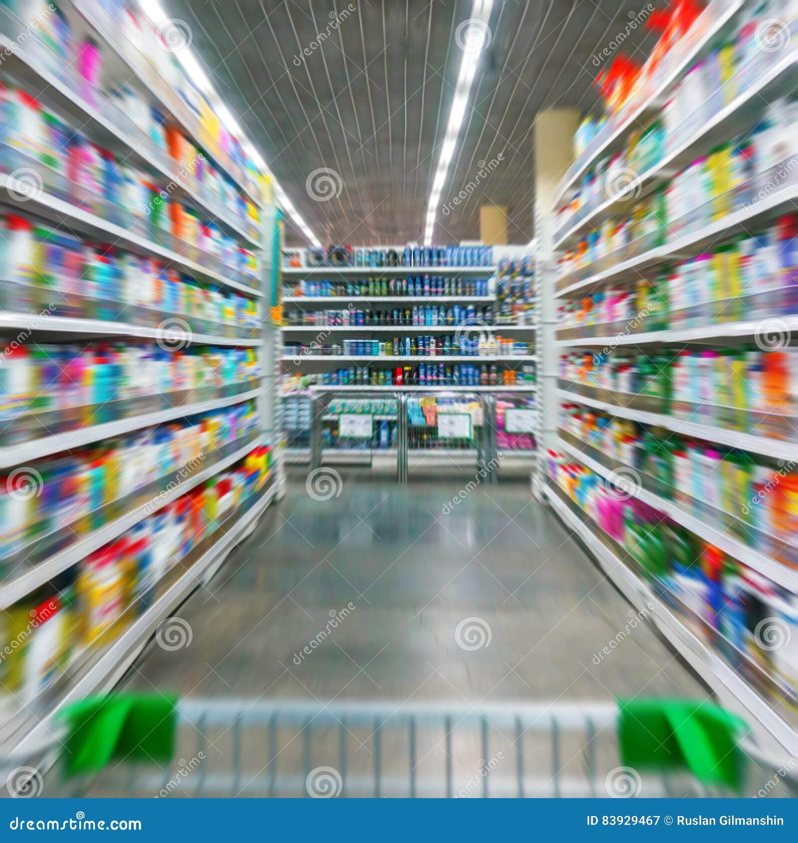 Warenkorb-Ansicht über einen Supermarkt-Gang und Regale - Bild hat flache Schärfentiefe