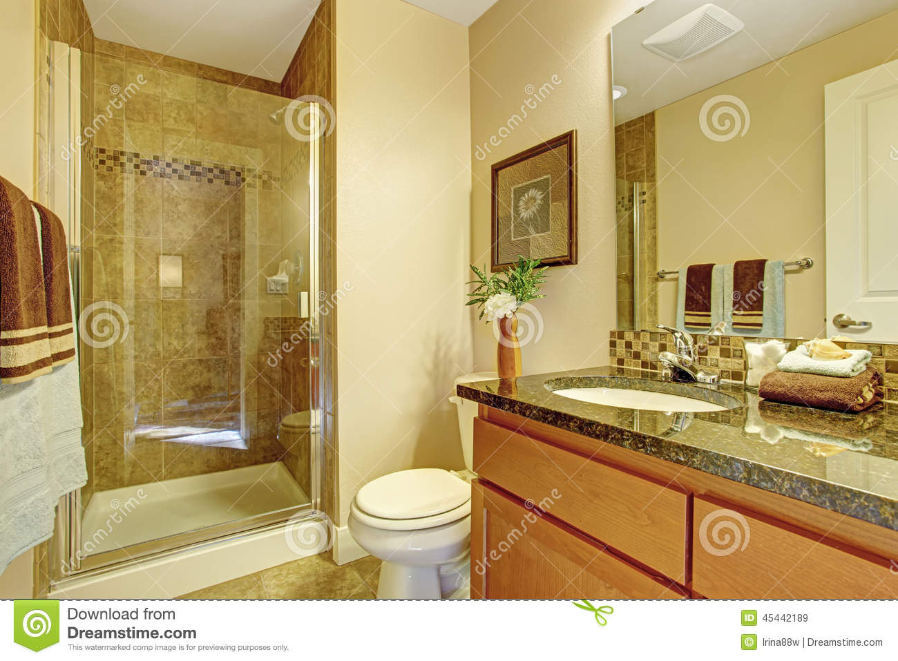 Bathroom in warm colors with a toilet a bathtub a for Warm bathroom