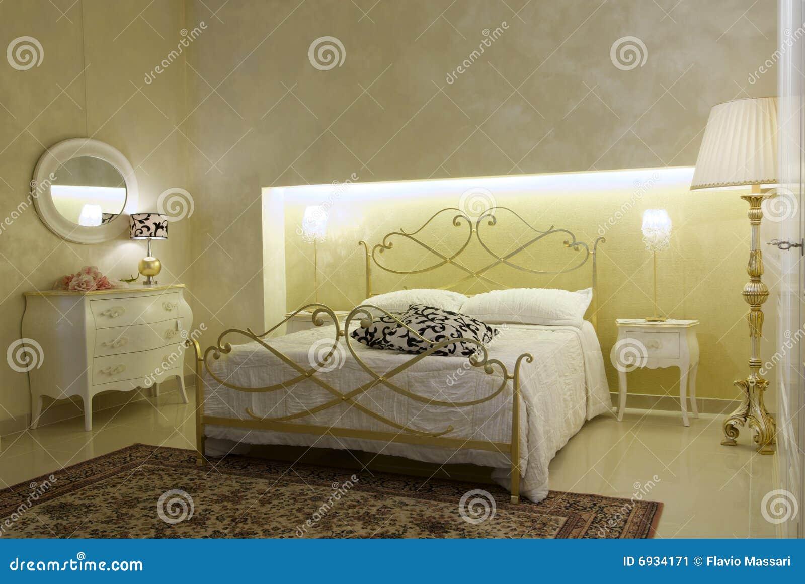 Warme Slaapkamer Koelen : Warme klassieke slaapkamer stock afbeelding. afbeelding bestaande