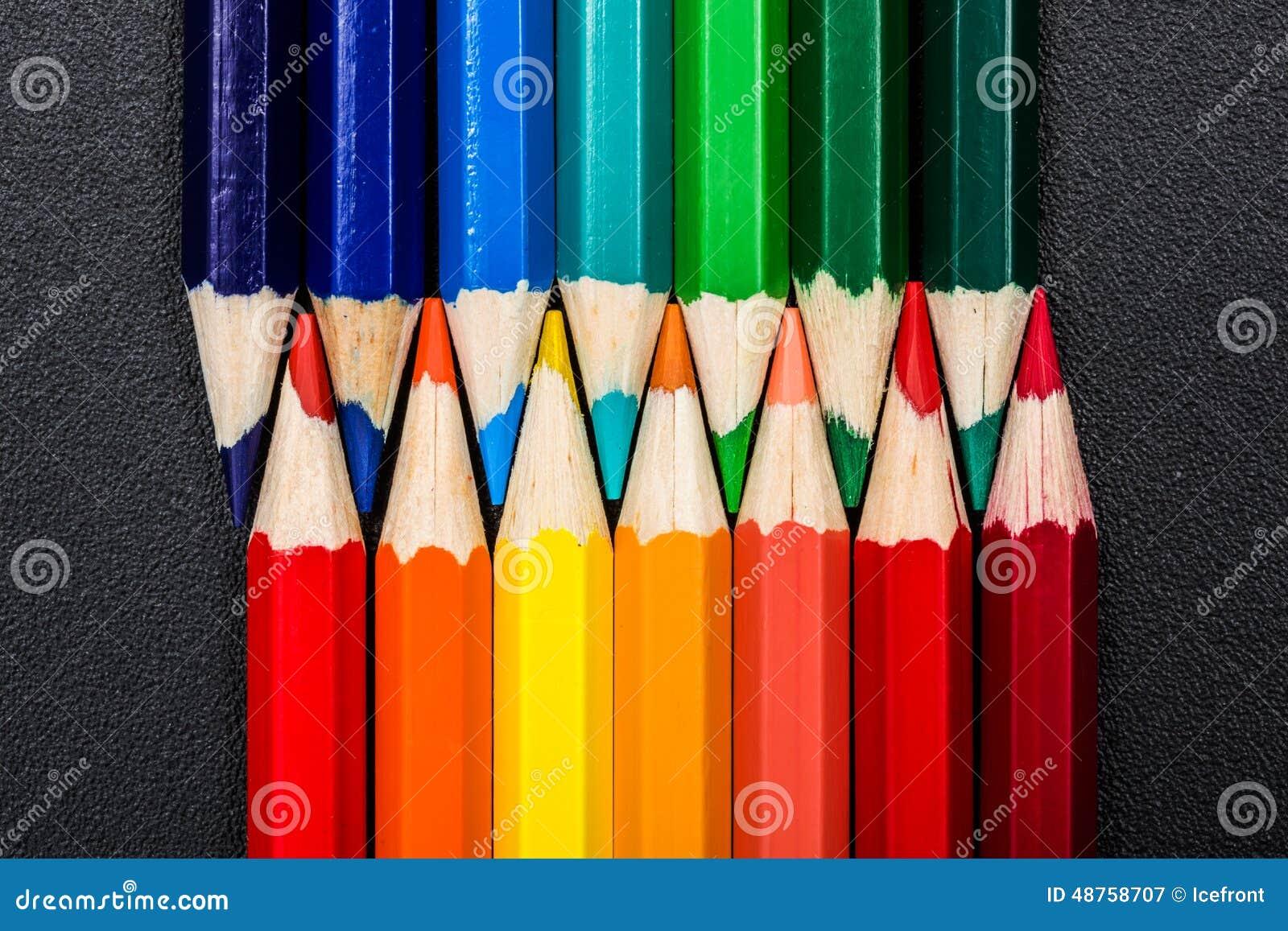 Warme und kalte Farben stellten sich mit bunten Bleistiften dar