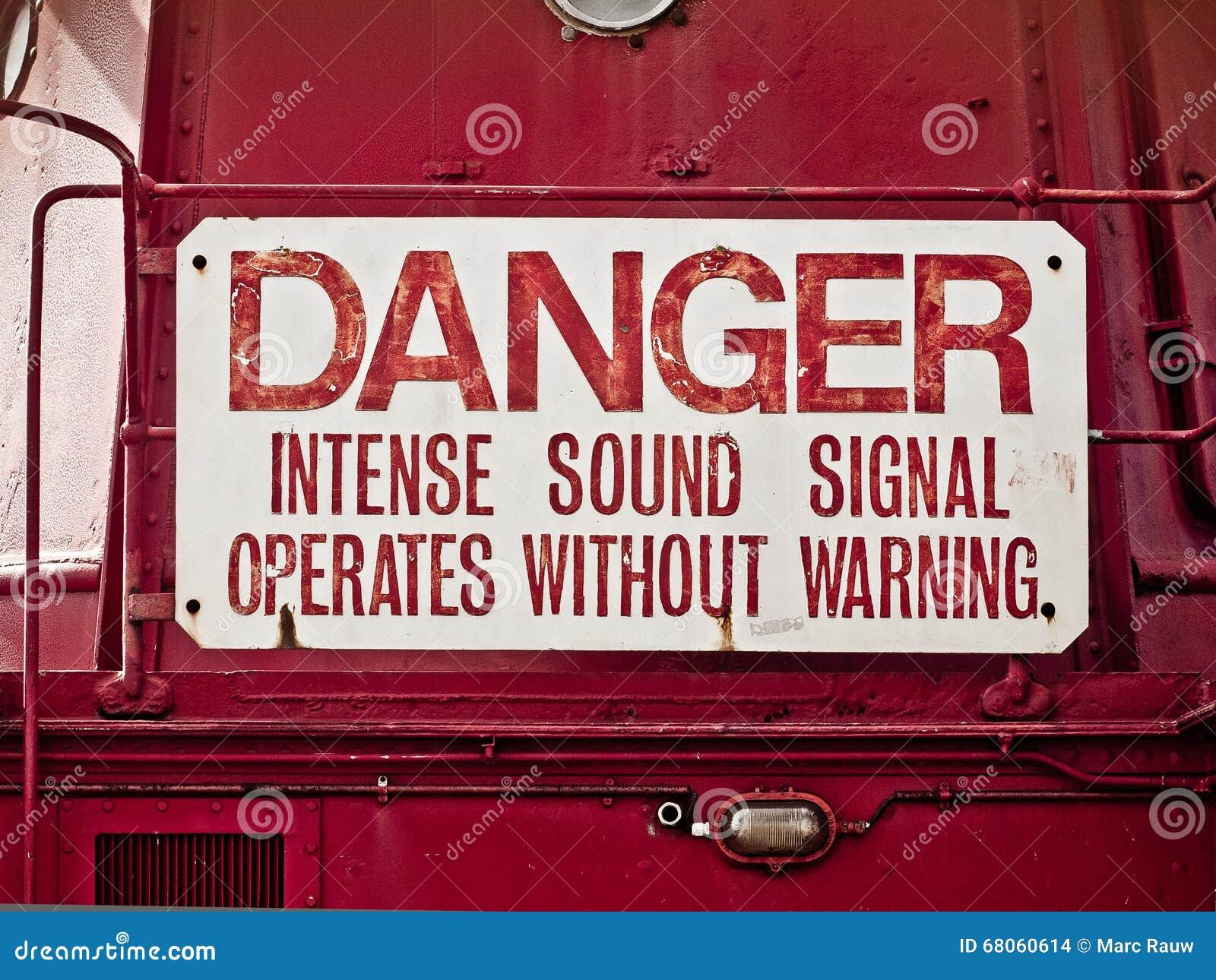 Warnzeichen: Gefahr, intensives Tonsignal