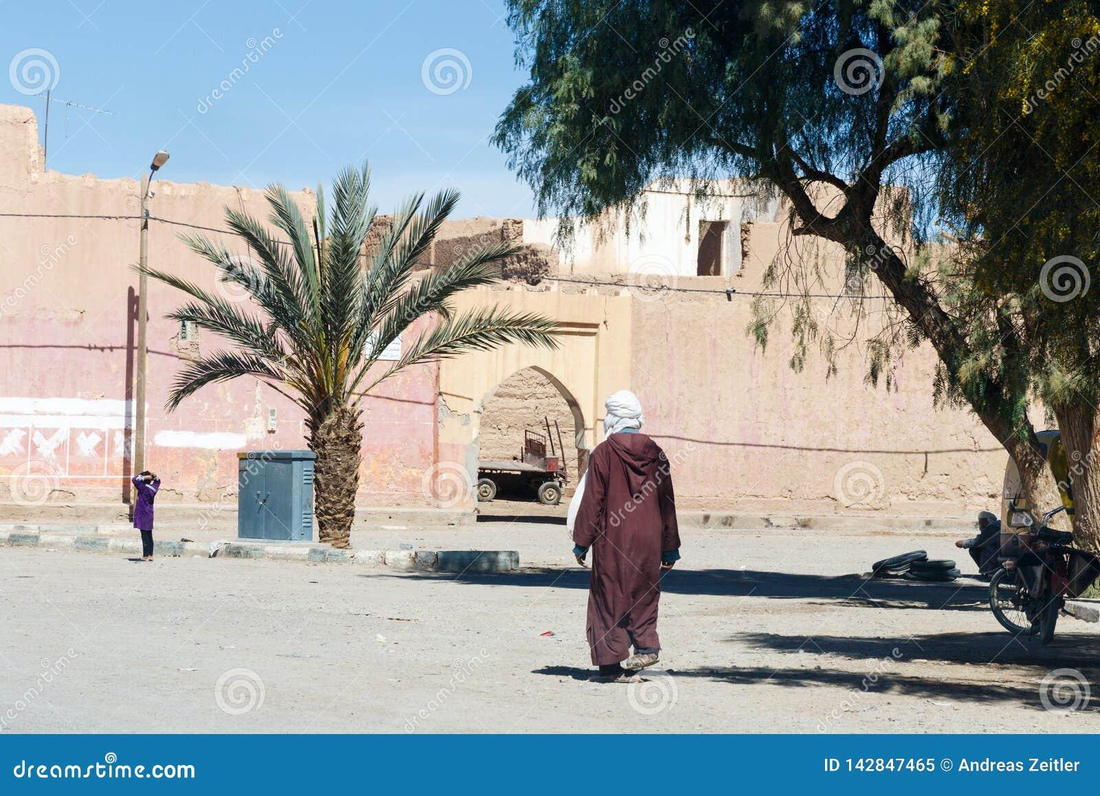 Warowny miasto Erfoud wzdłuż poprzedniej karawanowej trasy między Marrakech w Maroko z śniegiem i Sahara zakrywał atlant