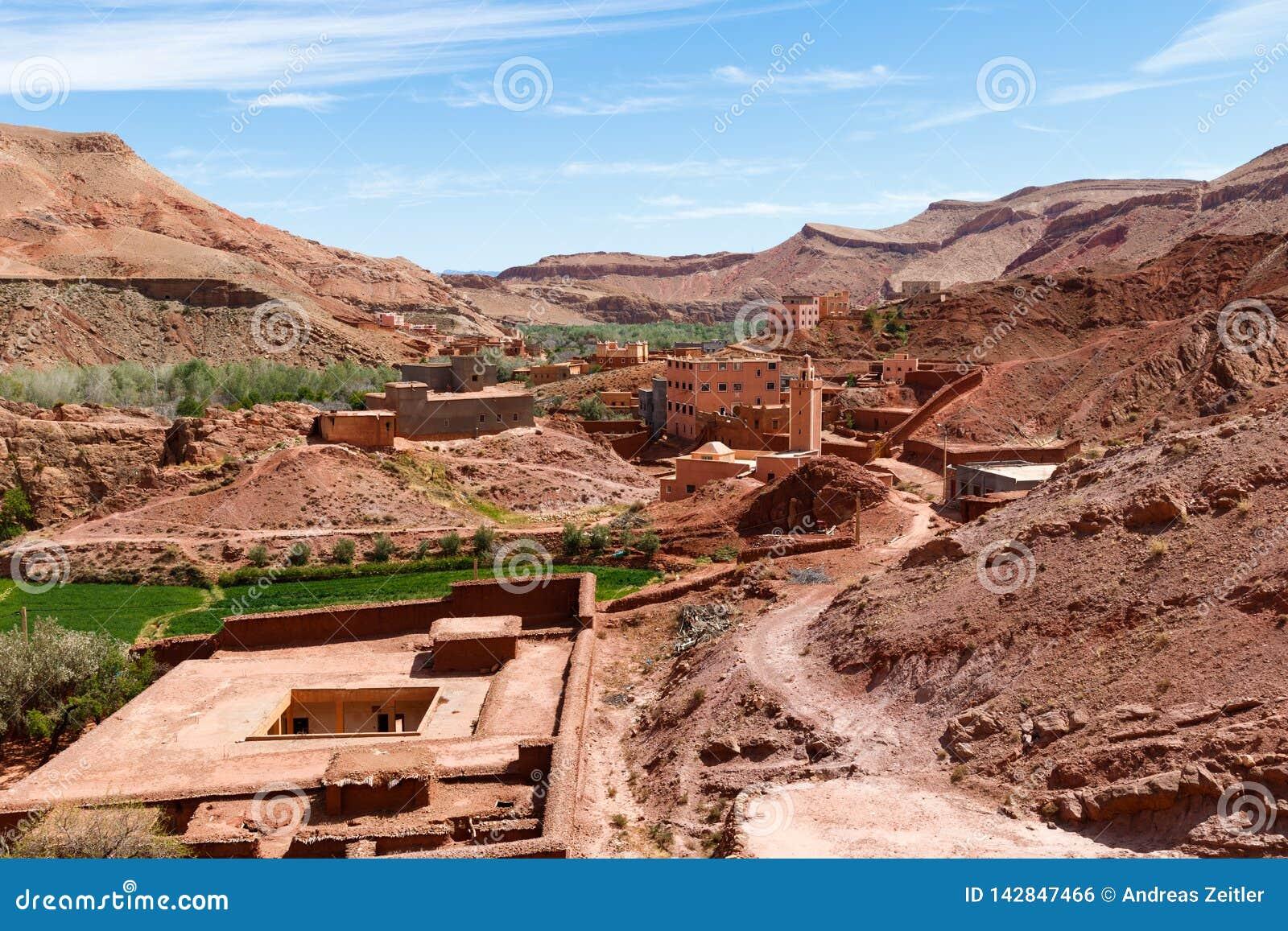 Warowny miasto Tinghir wzdłuż poprzedniej karawanowej trasy między Marrakech w Maroko z śniegiem i Sahara zakrywał atlant