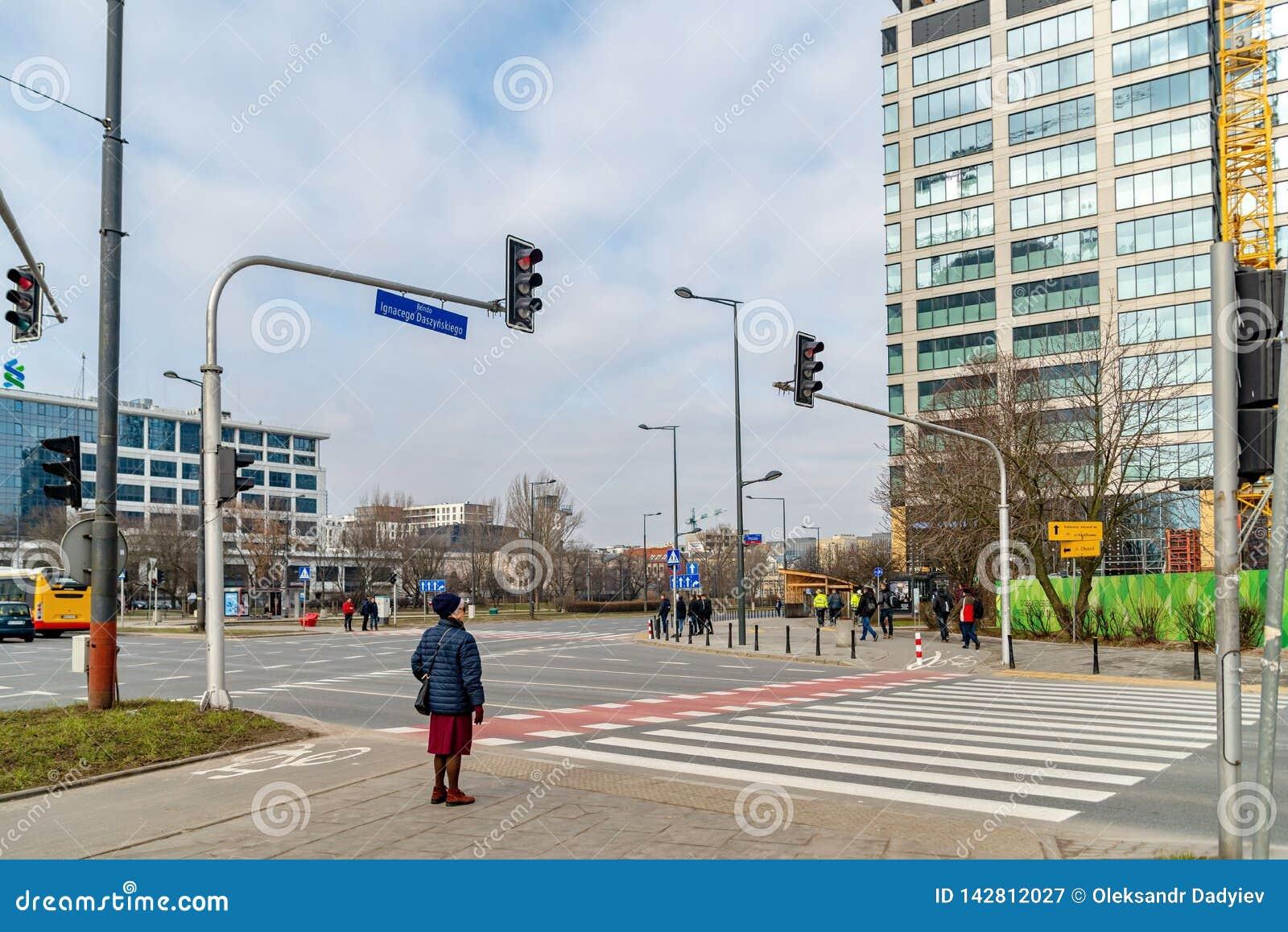 Warshau Polen 18 februari, 2019 Bejaardetribunes voor een voetgangersoversteekplaats Bij een verkeerslicht de drie kleuren