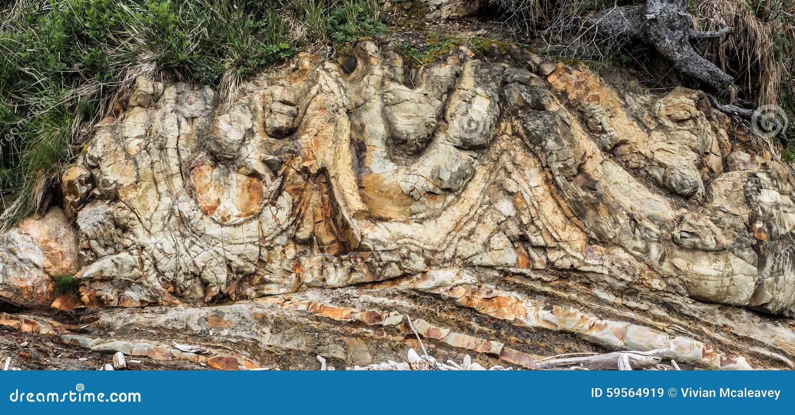 Warstwy skała tworzą falezę przy plażą