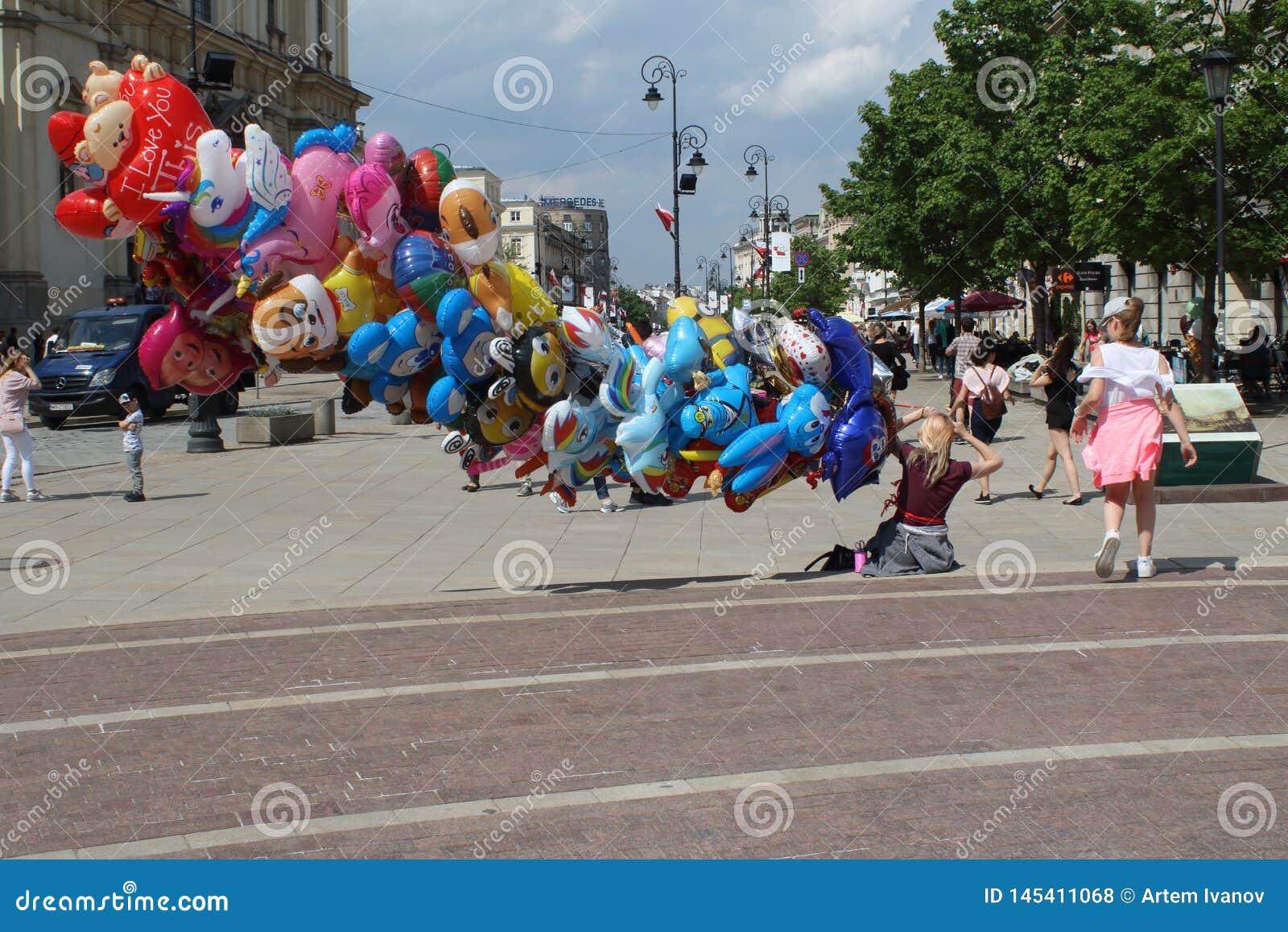 Warszawa Polska, MAJ, - 1, 2018: Kolorowa ?mieszna uliczna scena z ballons