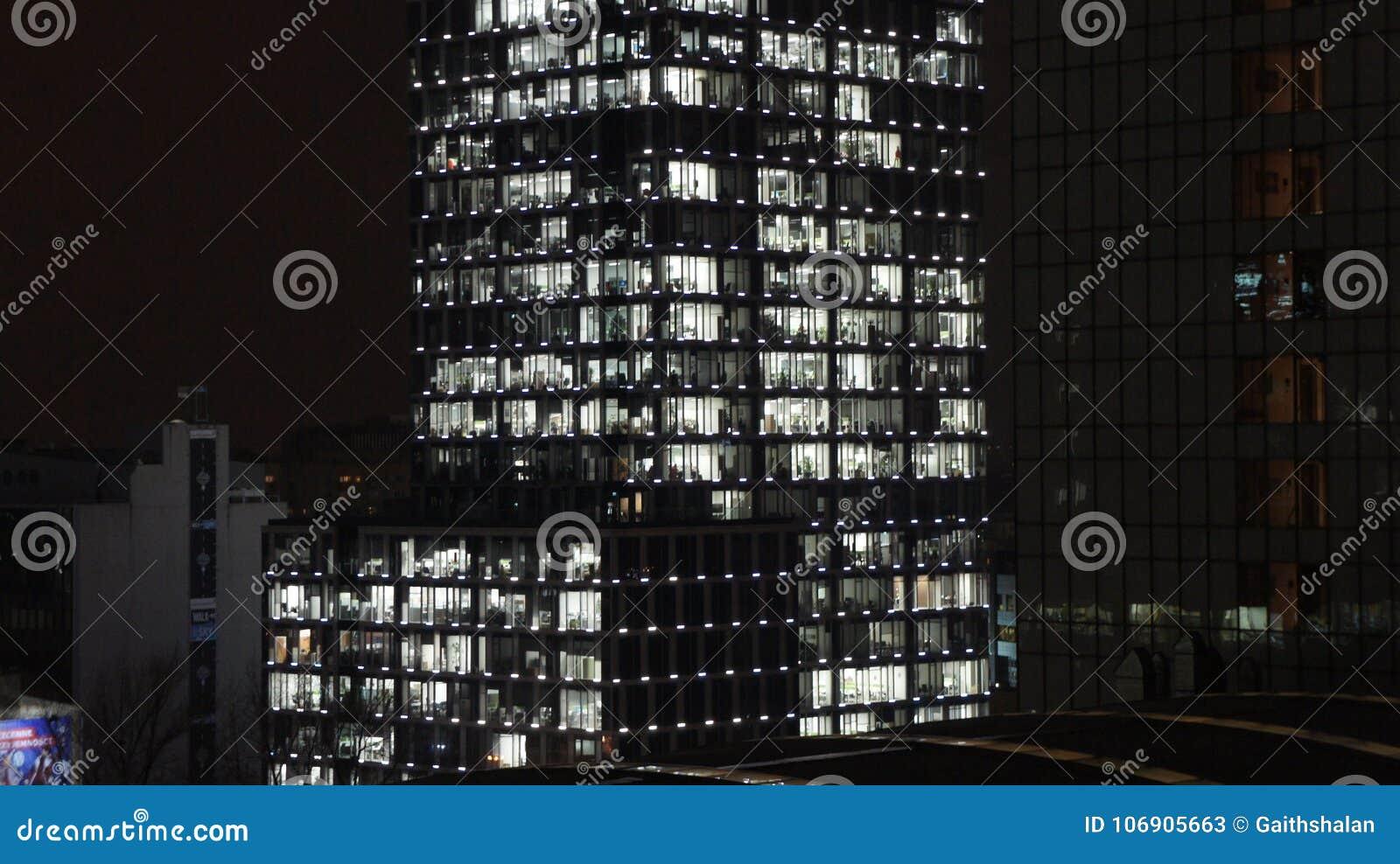 Warszawski Polska miasto przy nocą