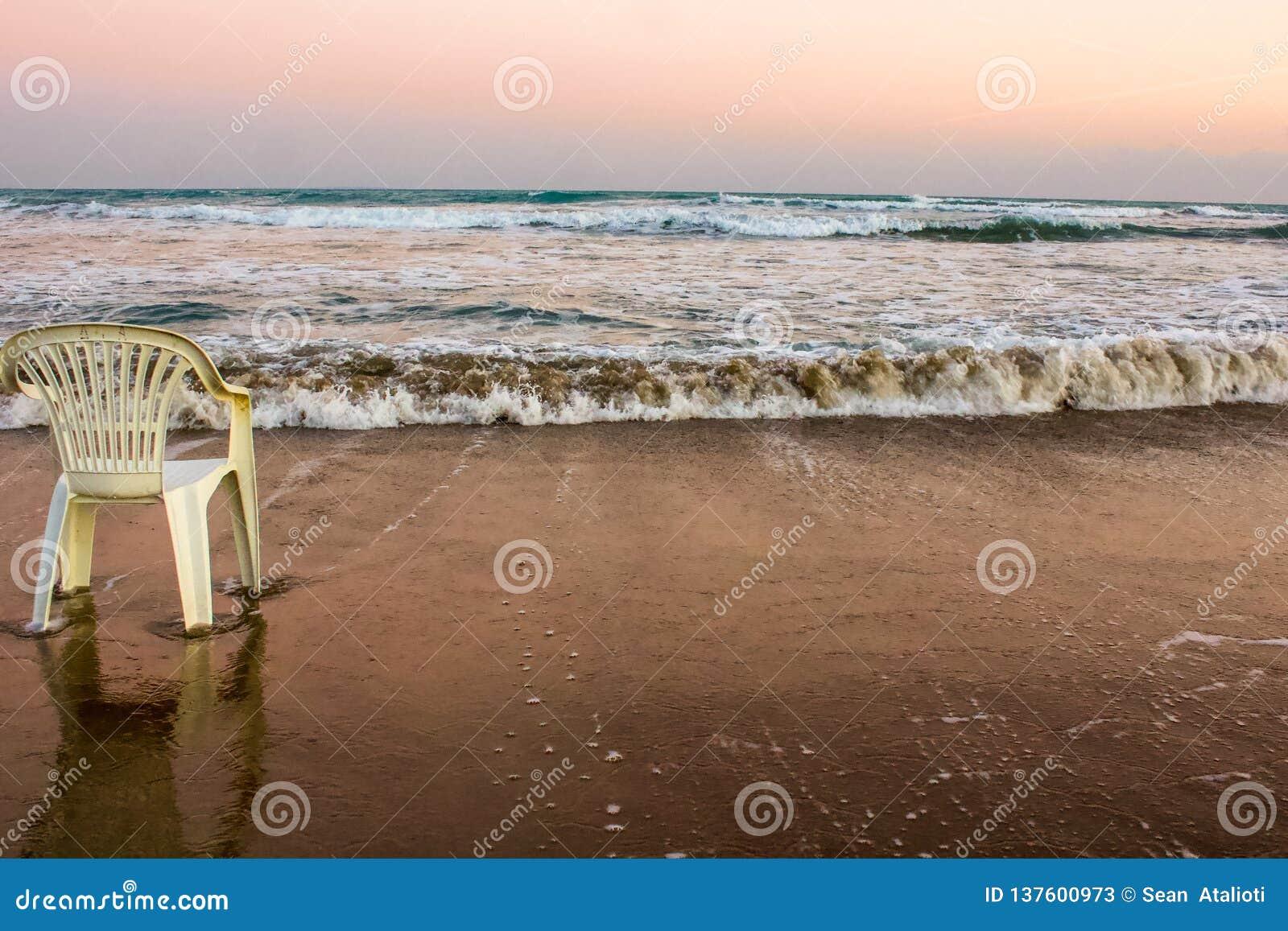Warten auf den einsamen Stuhl des Sommers an der Küste des Mittelmeeres, Zypern