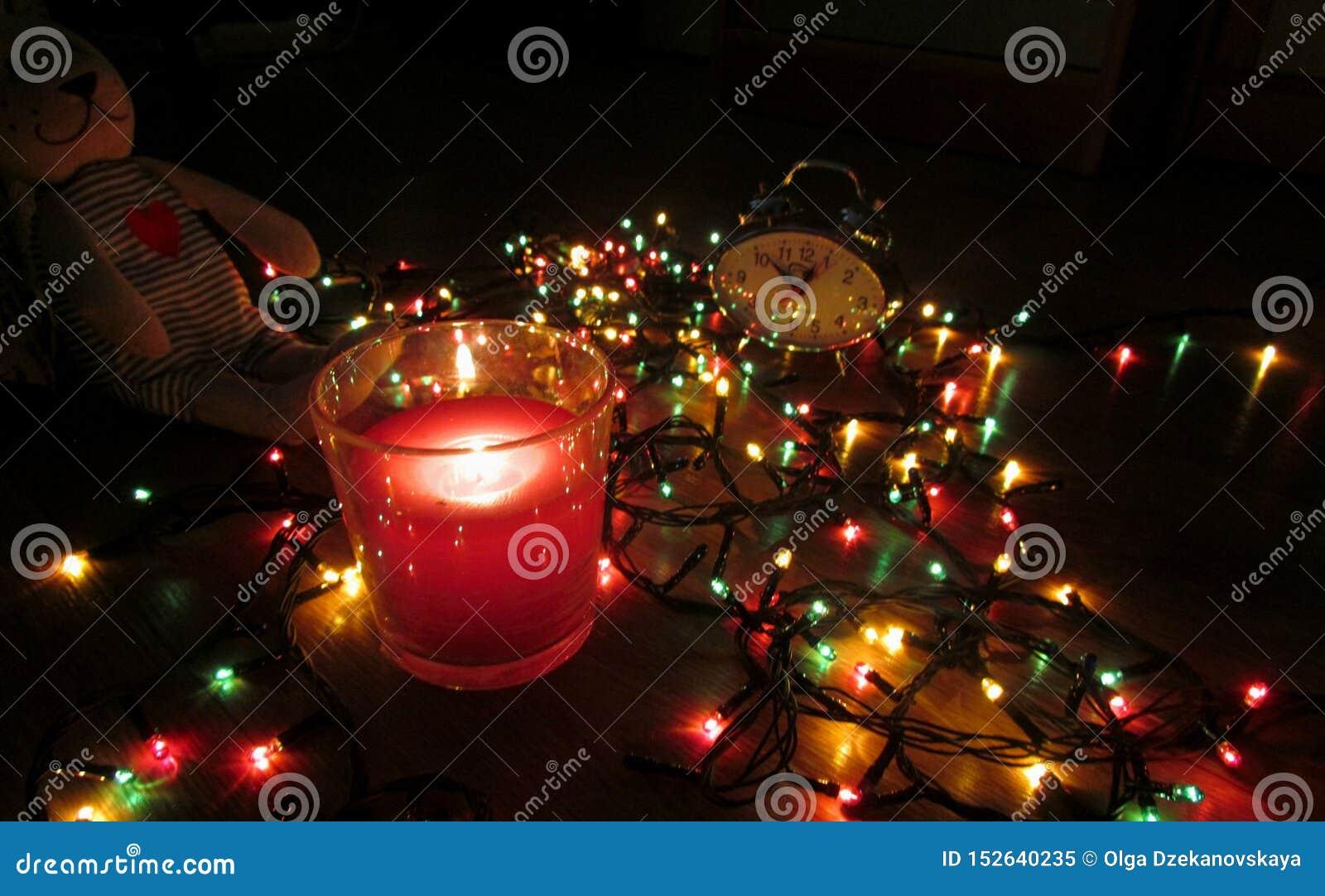 Warteweihnachten vor dem hintergrund des Lichtes der Lichter des neuen Jahres