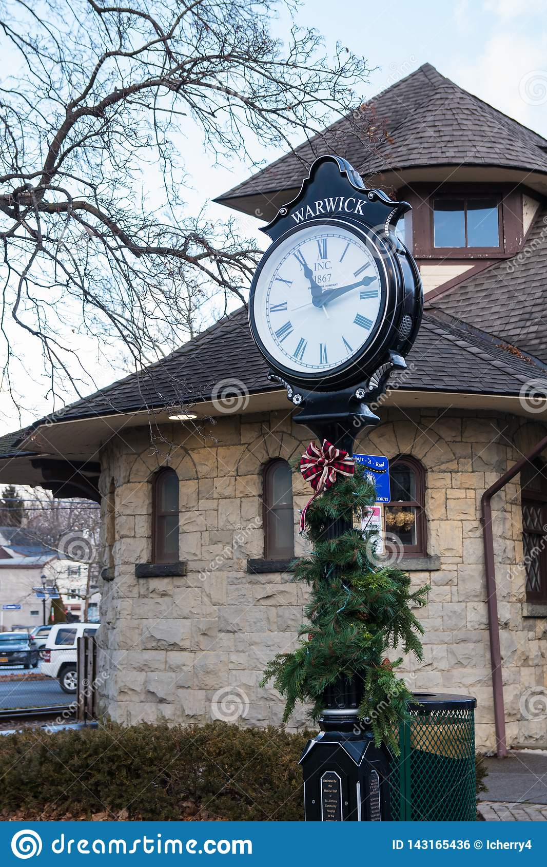 Warwick, Νέα Υόρκη Ηνωμένες Πολιτείες - 4 Ιανουαρίου 2019: Πράσινοι μετα ρολόι και σταθμός σιδηροδρόμου Warwick