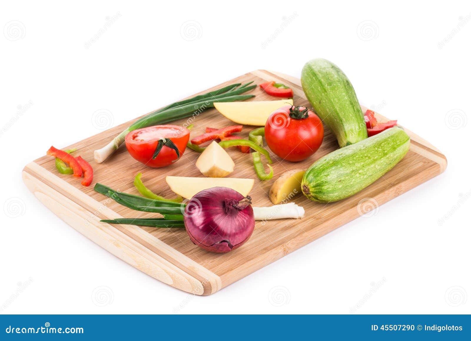 Warzywa na drewnianym półmisku