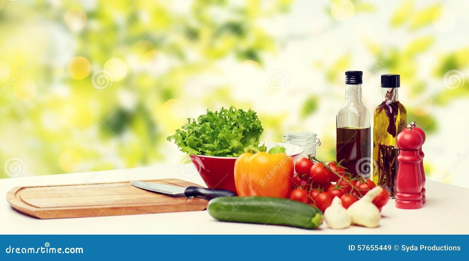 Download Warzywa, Pikantność I Kitchenware Na Stole, Obraz Stock - Obraz złożonej z butelki, olej: 57655449