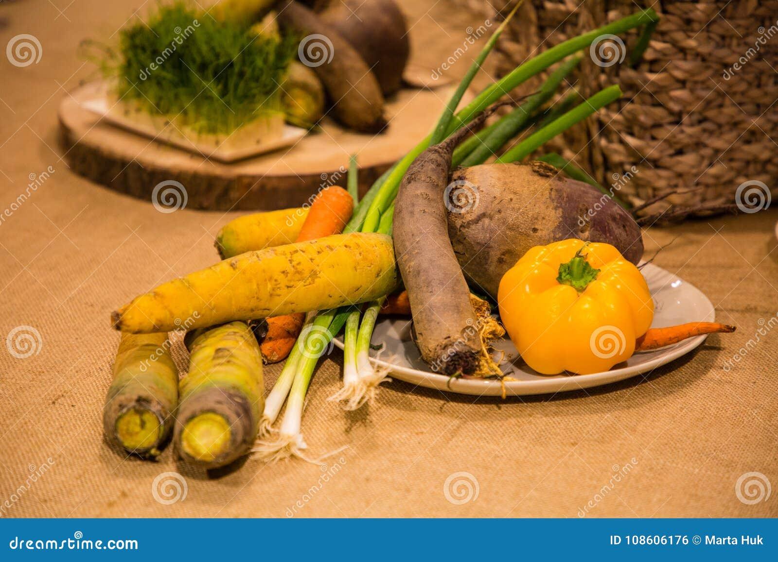 Warzywa słuzyć na stole