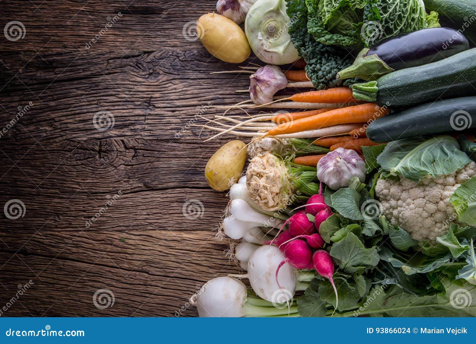 Warzywo Asortyment świeży warzywo na nieociosanym starym dębowym stole Warzywo od rynku