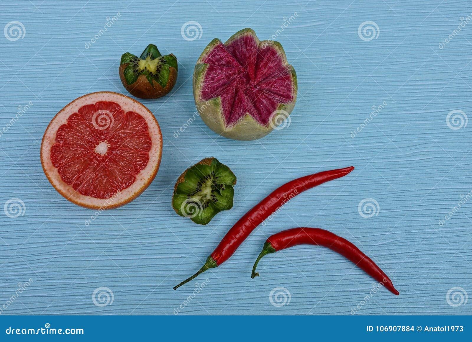Warzywo i owoc z czerwonym pieprzem na błękitnym stole