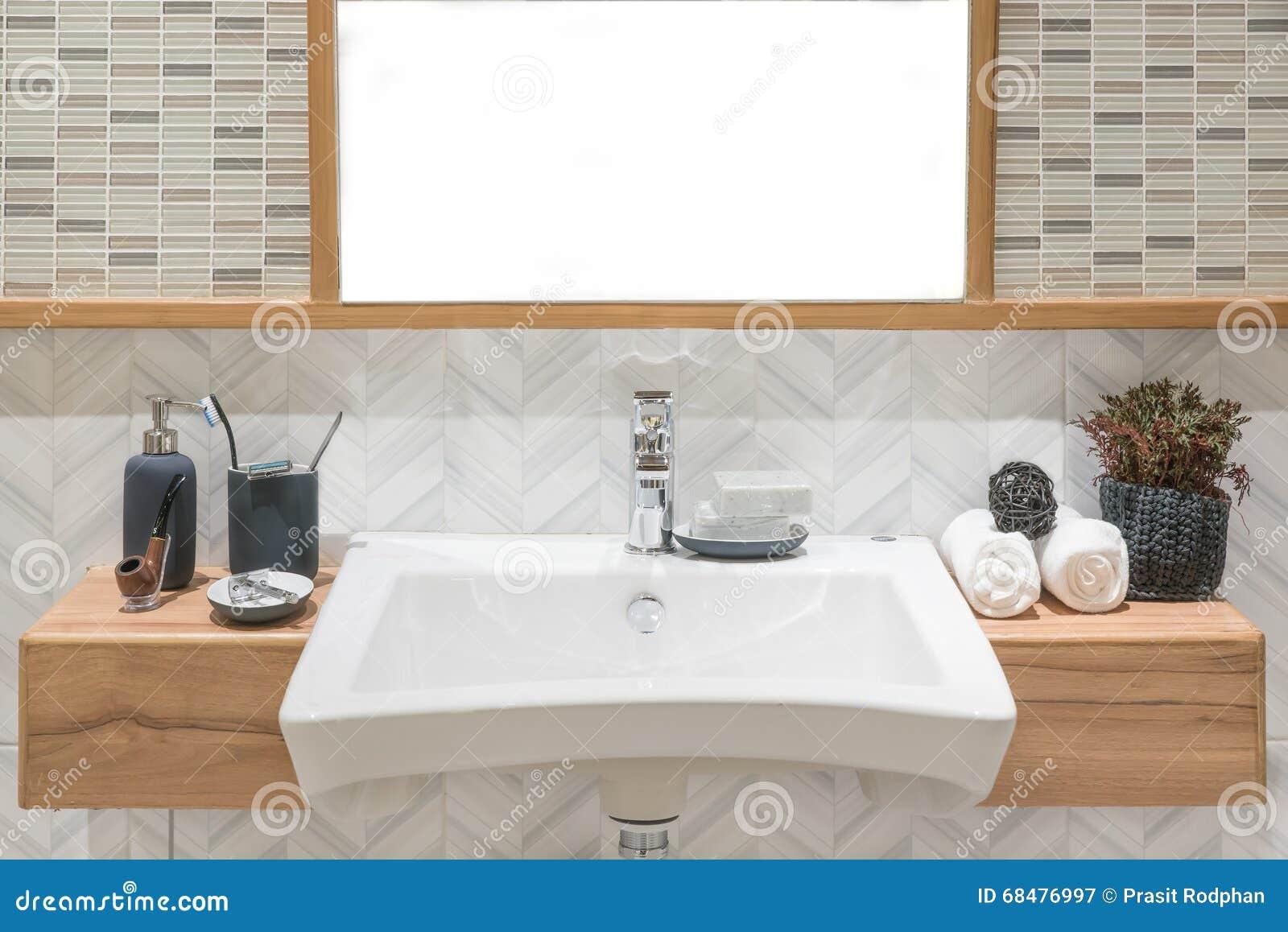Wasbak met handdoek en decoratie in badkamers stock afbeelding