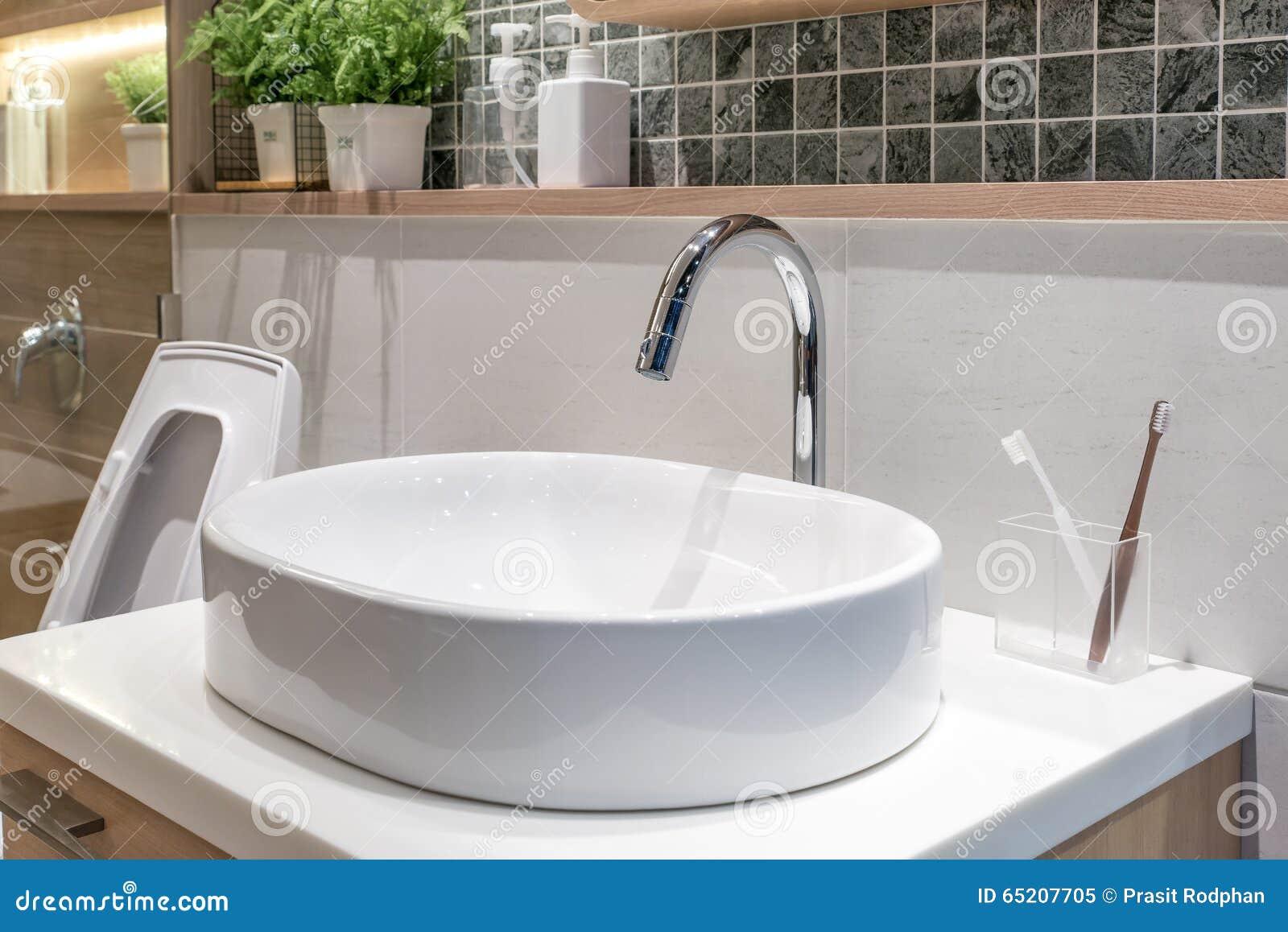 Waschbecken Mit Dekoration Im Badezimmer Stockbild Bild Von Hahn