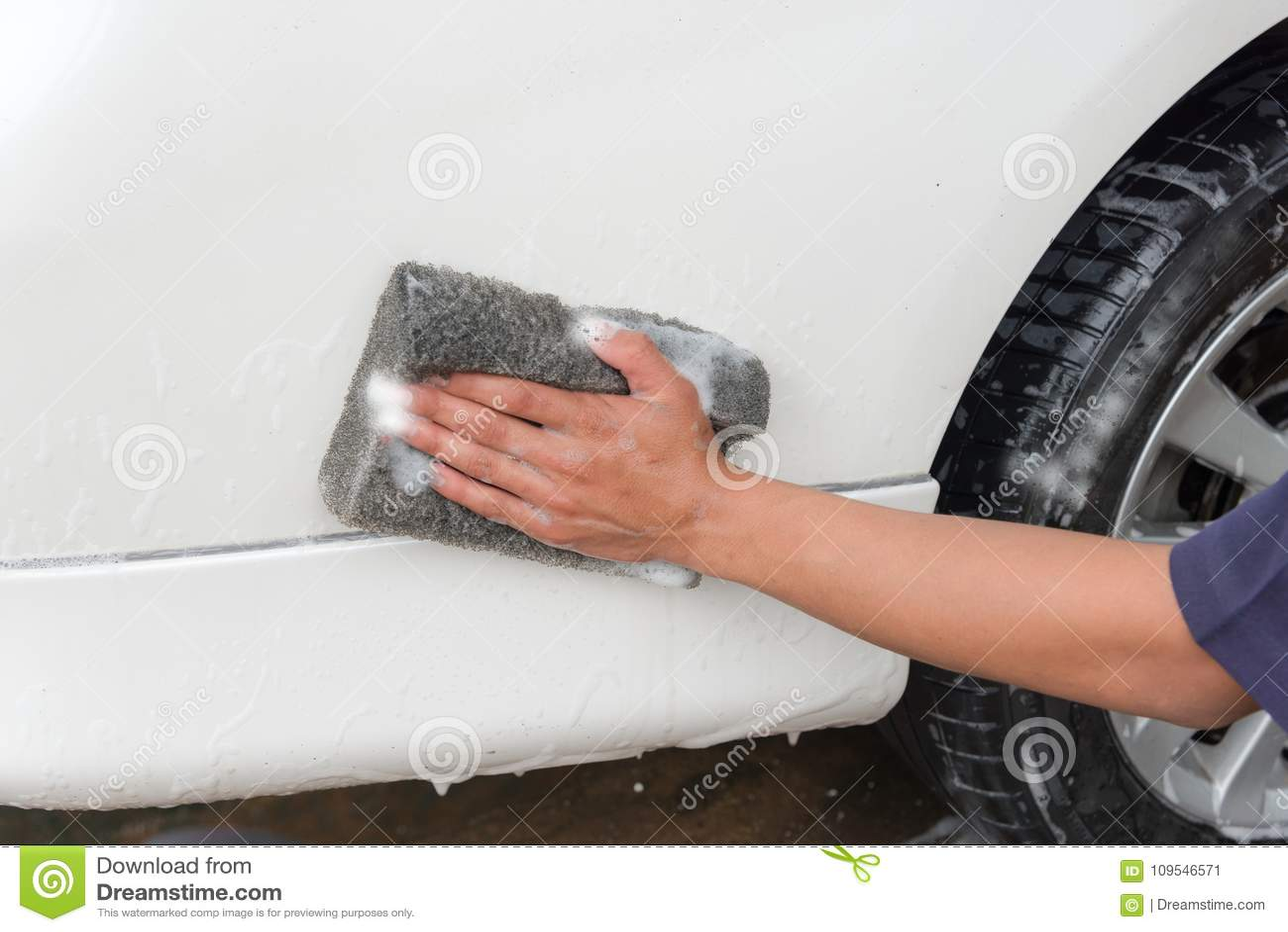 Waschendes Auto der Handmann-Arbeitskraft