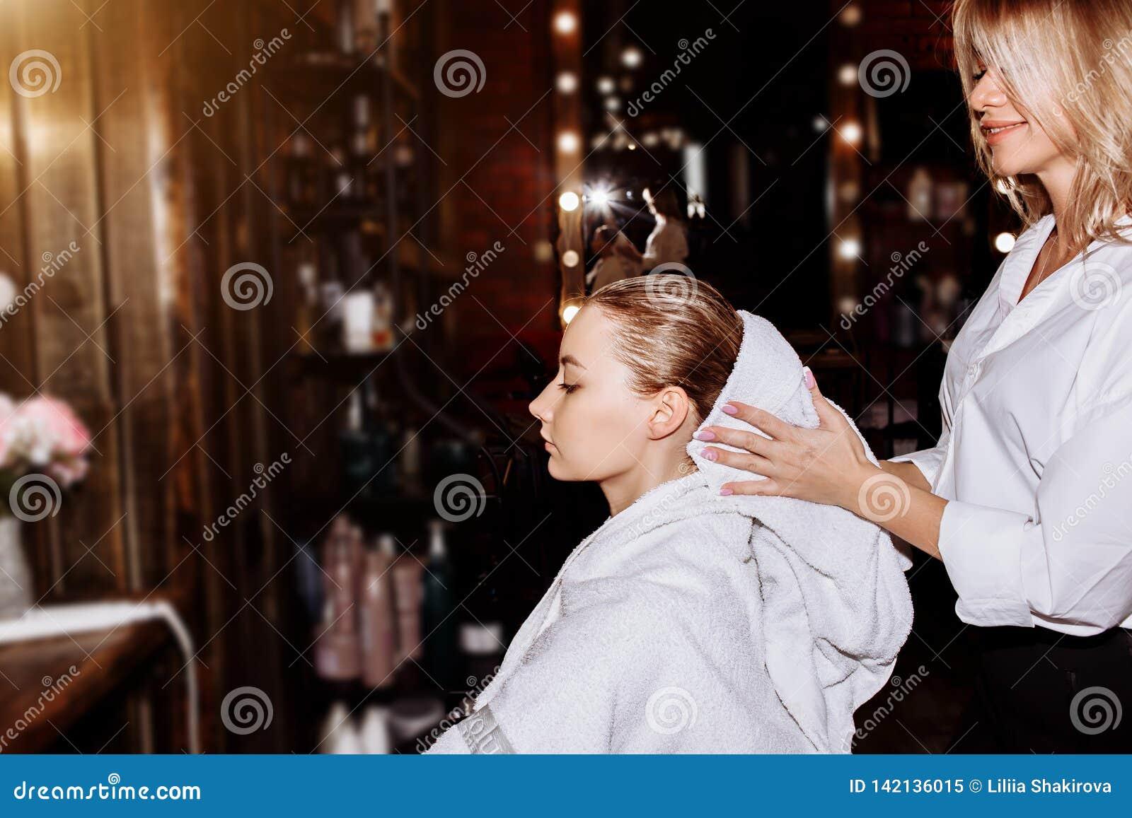 Waschendes Haar der Schönheit in einem Friseursalon