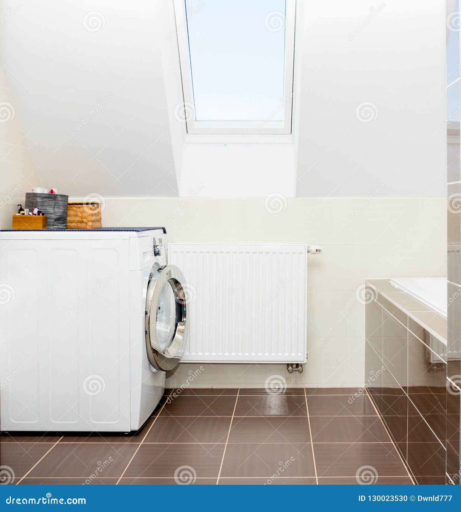 Waschmaschine Im Badezimmer Stockfoto - Bild von fliesen ...