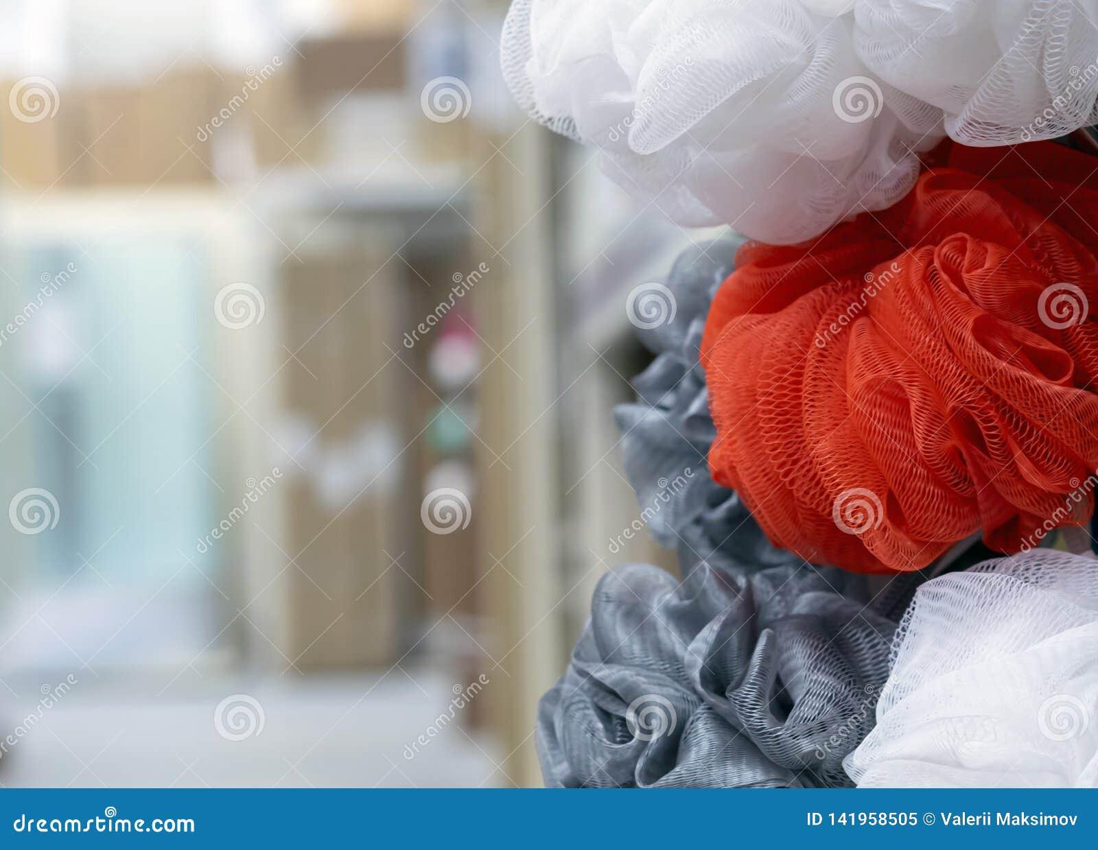 Washandjes in verschillende kleuren op de winkelteller