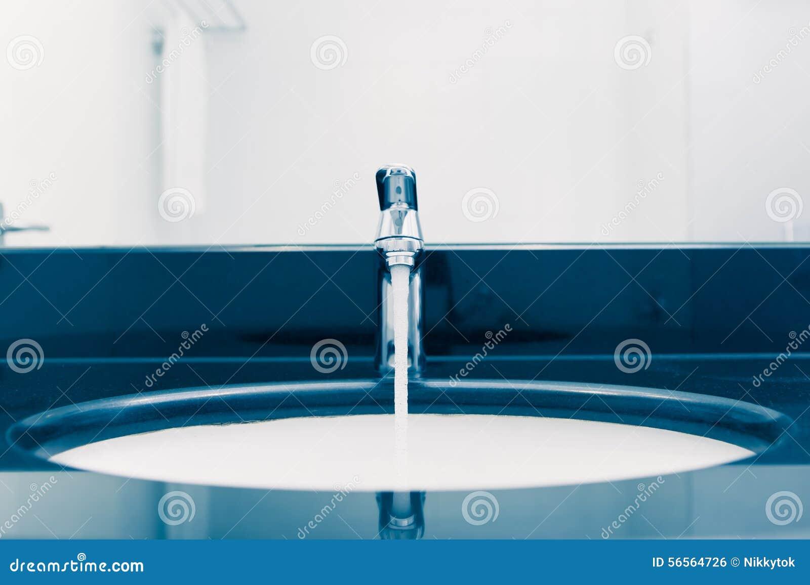 Download Washbasin με τη στρόφιγγα και το ρέοντας νερό Στοκ Εικόνες - εικόνα από indoors, υγιεινή: 56564726