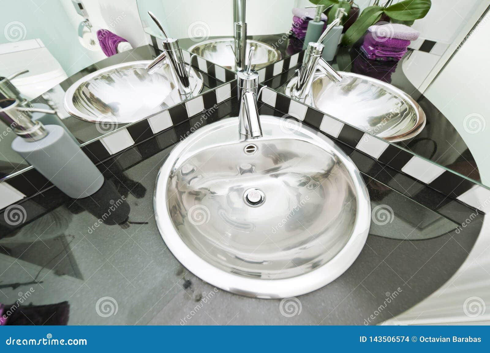 Washbasin Chrome отражая множественные времена