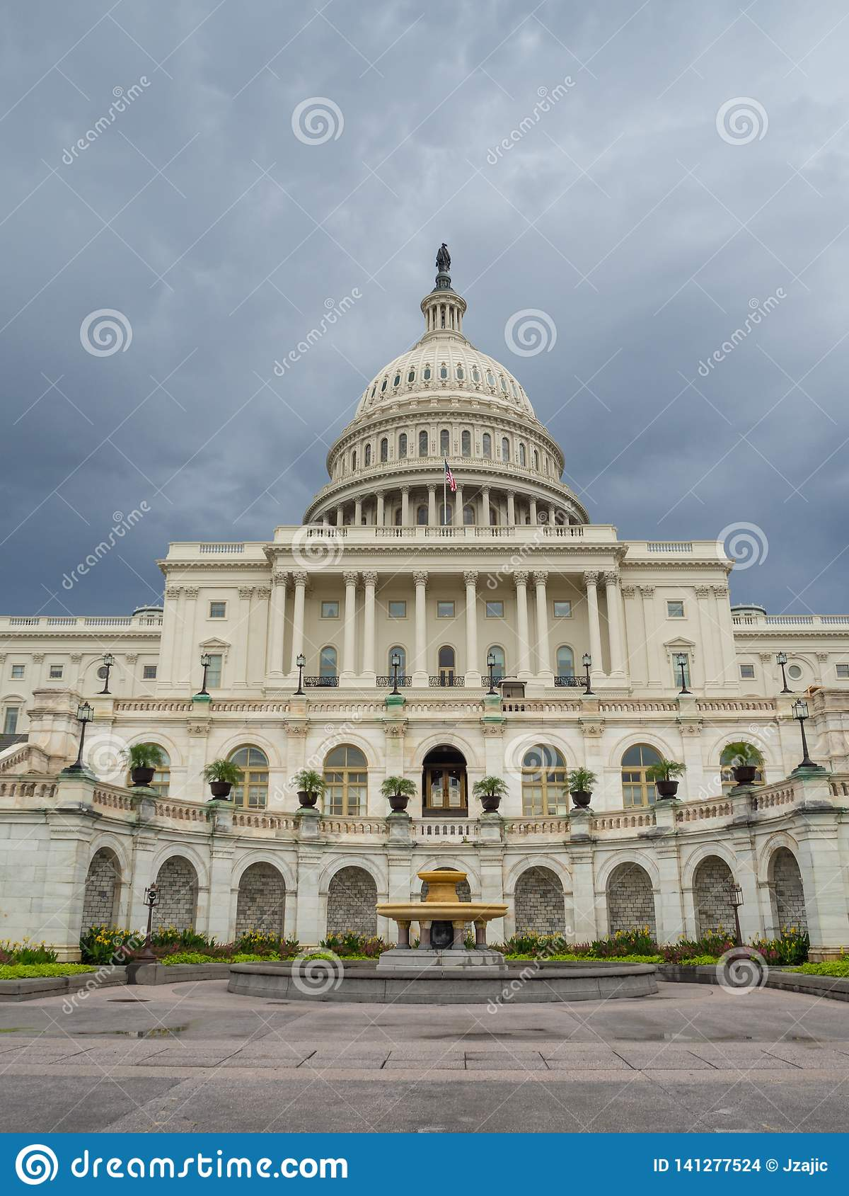 Washington DC, Περιοχή της Κολούμπια [Ηνωμένο ΗΠΑ Capitol κτήριο, σκιερός νεφελώδης καιρός πρίν βρέχει, faling σούρουπο