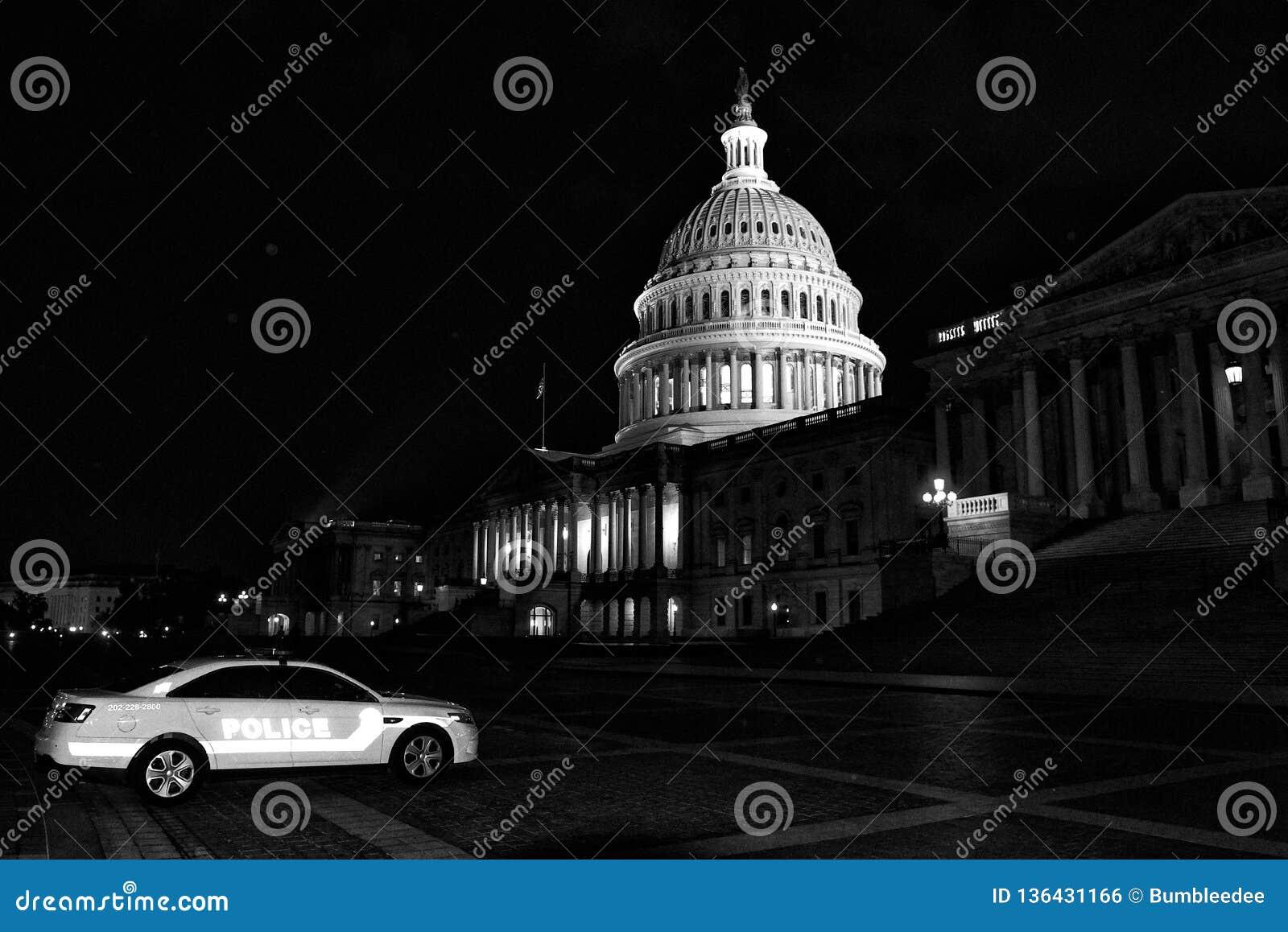 Washington, DC - 3 de junio de 2018: Coche policía cerca del capitolio de Estados Unidos en la noche