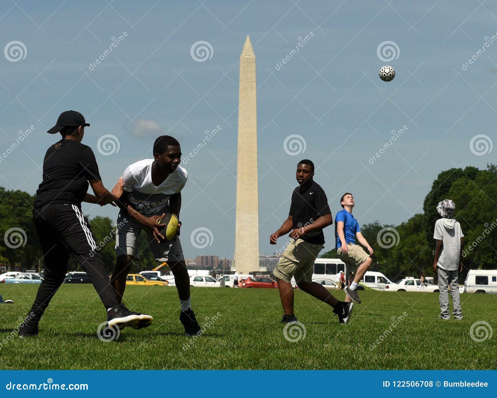 Washington, DC - 1 de junio de 2018: Los individuos están jugando la bola en