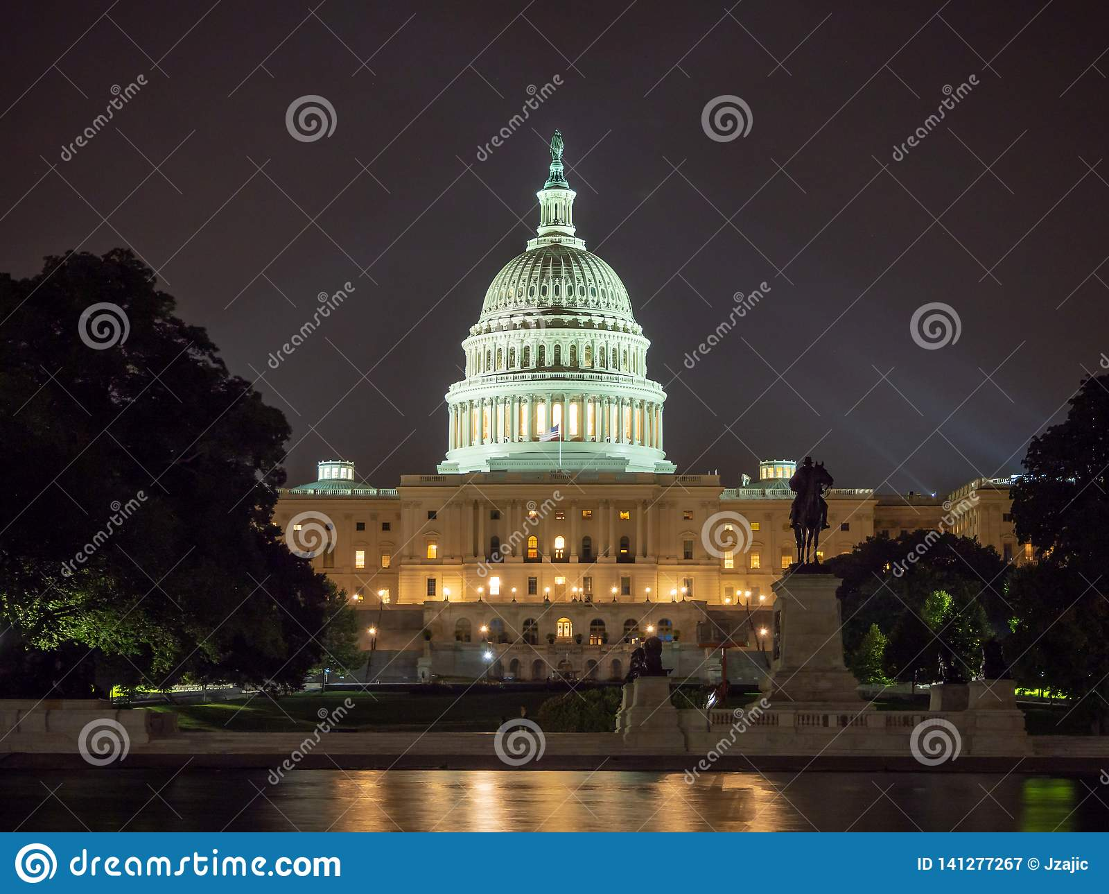 Washington DC, distrito de Columbia [construção do Capitólio dos E.U. do Estados Unidos, opinião da noite com luzes sobre a lagoa