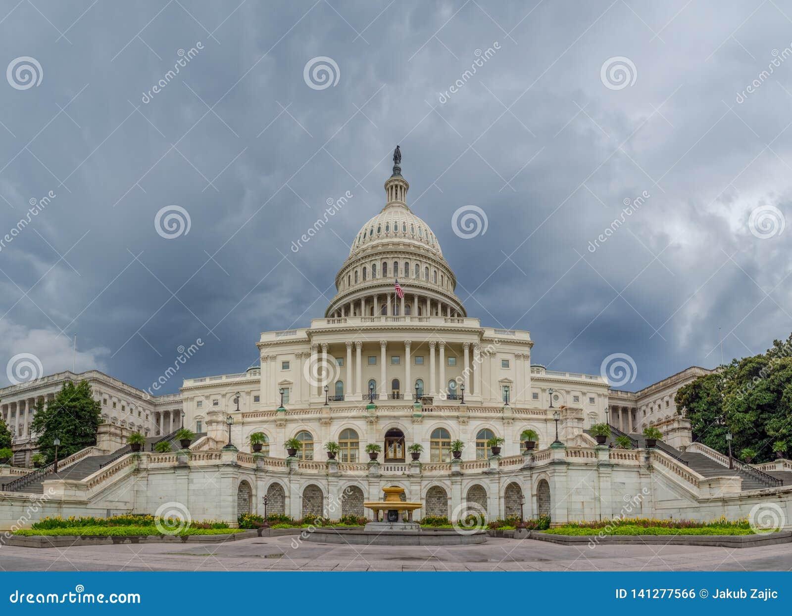 Washington DC, distrito de Columbia [construção do Capitólio dos E.U. do Estados Unidos, tempo nebuloso obscuro antes de chover,