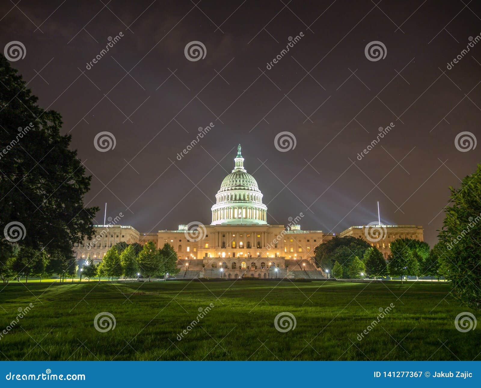 Washington DC, distrito de Columbia [edificio del capitolio de Estados Unidos los E.E.U.U., vista nocturna con las luces sobre la
