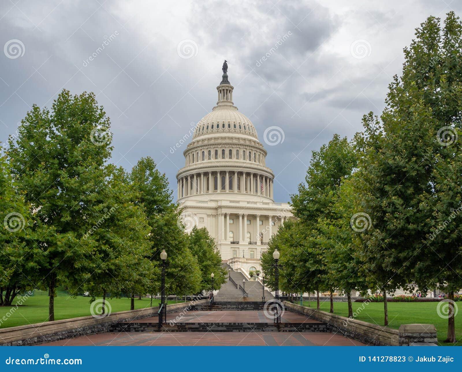 Washington DC, dystrykt kolumbii [Stany Zjednoczone USA Capitol budynek, ciemniutka chmurna pogoda przed padać, faling półmrok