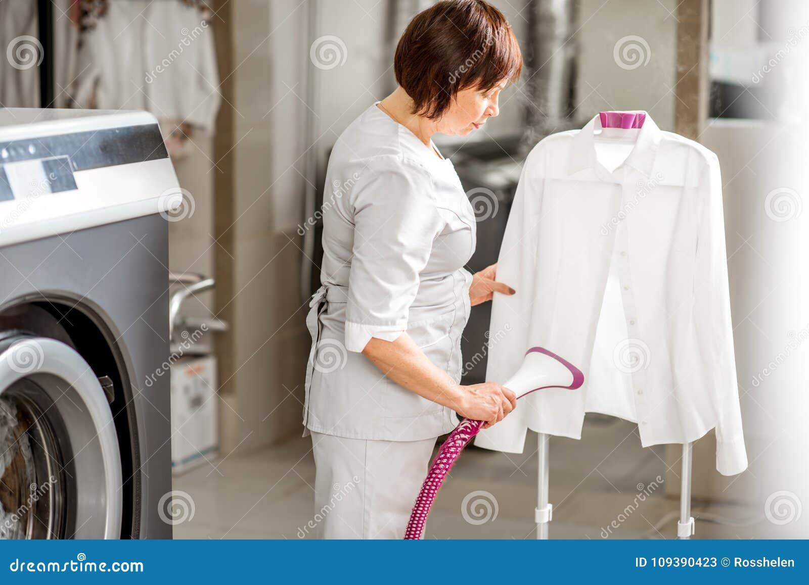 Washwoman senior nella lavanderia