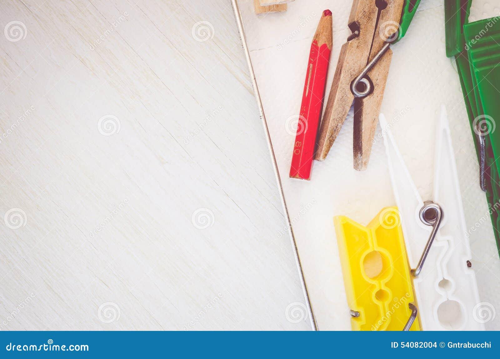 Wasknijpers en rood potlood op helder houten de oppervlaktecl van de lijstbovenkant