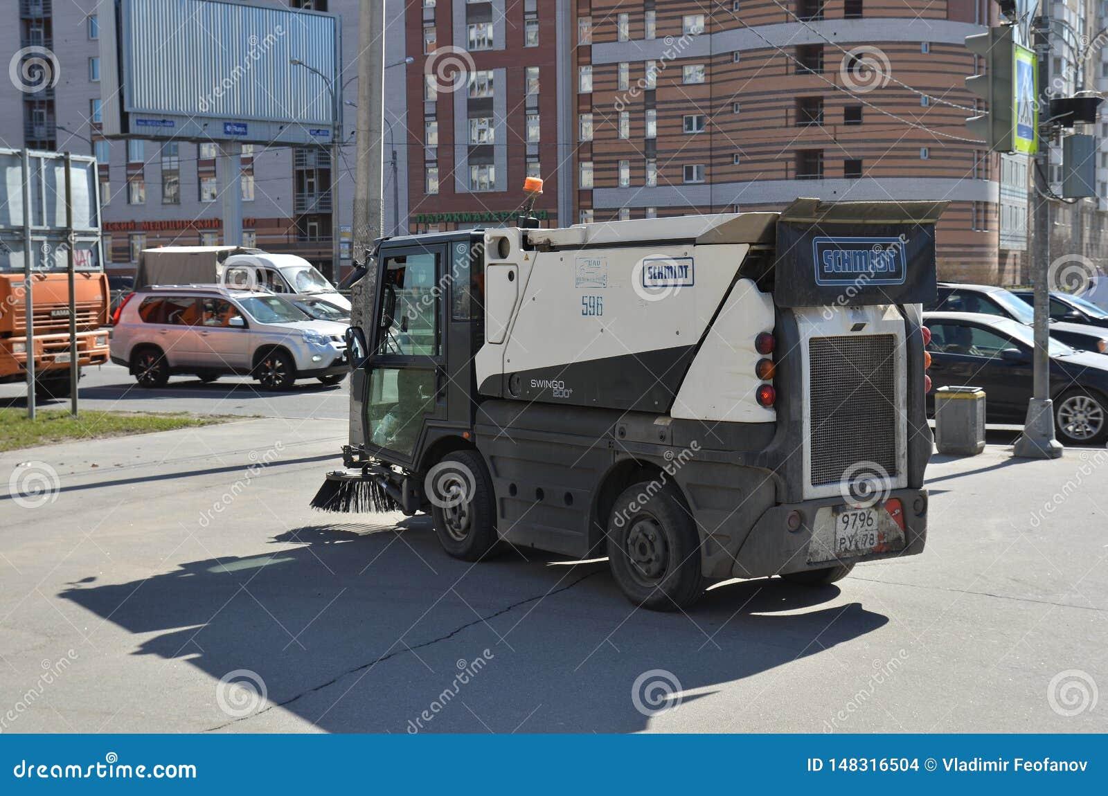 Wasmachine die de straten van de Noordelijke hoofdstad van Rusland, multifunctioneel schoonmakend materiaal schoonmaken