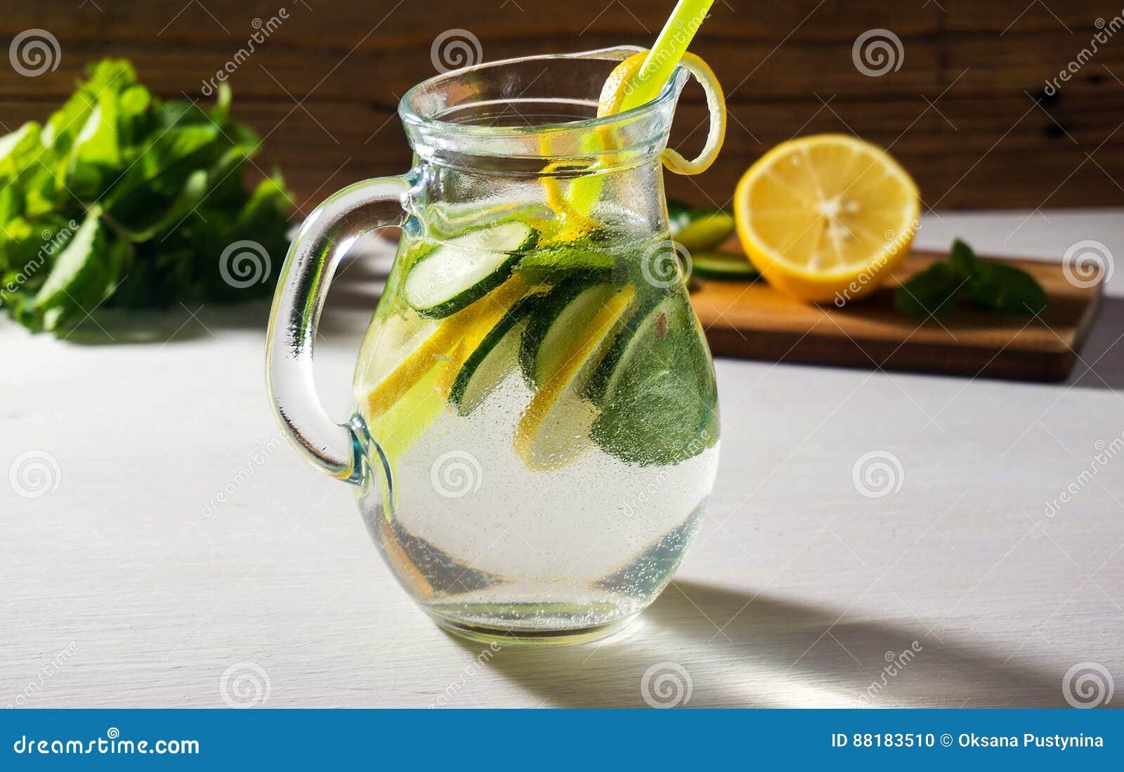 Wasser Detox Mit Frischer Gurke Und Zitrone Gesundes Getränk ...
