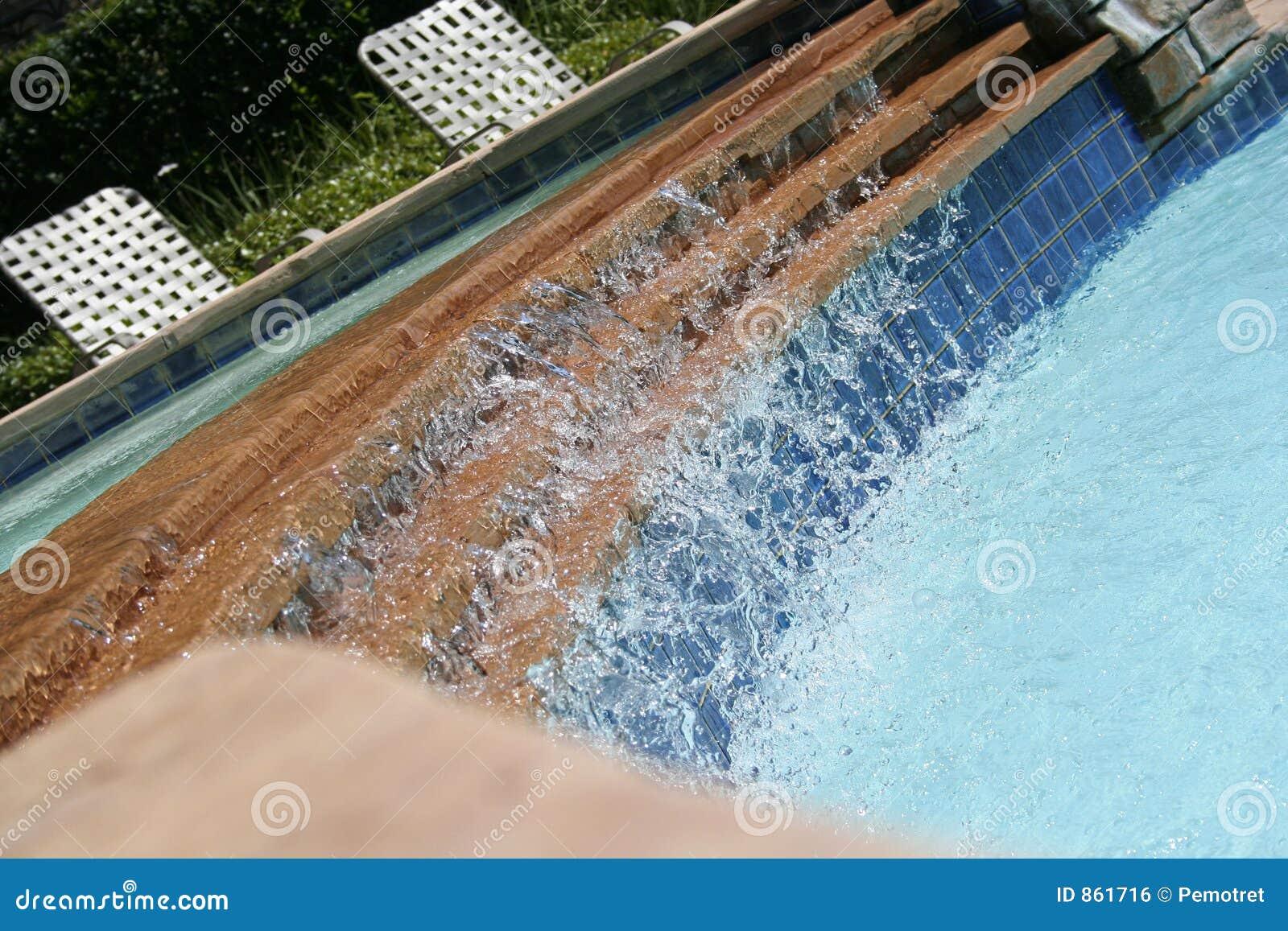 Wasser-Fall auf das Pool