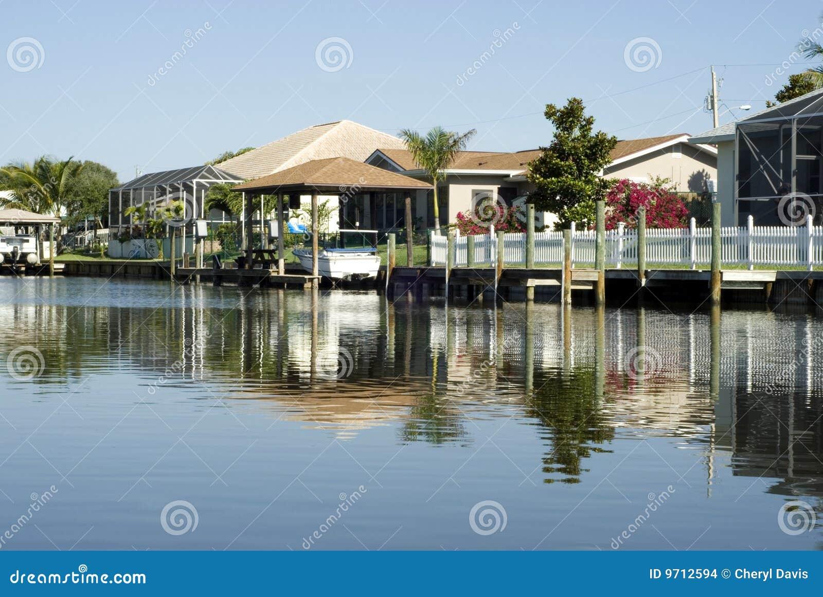 Wasser ReflectionTropical Häuser und Boots-Docks