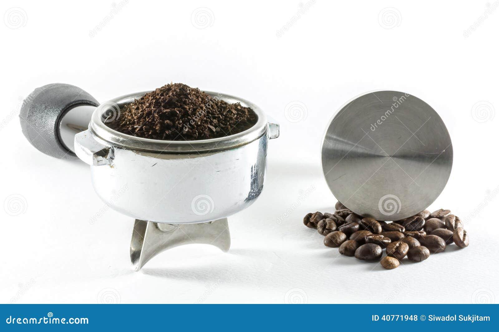 Wasser tröpfelt in Schutzkappe mit geerdetem Kaffee