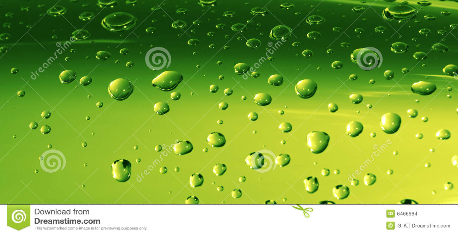 Wasser-Tropfen auf grüner Oberfläche