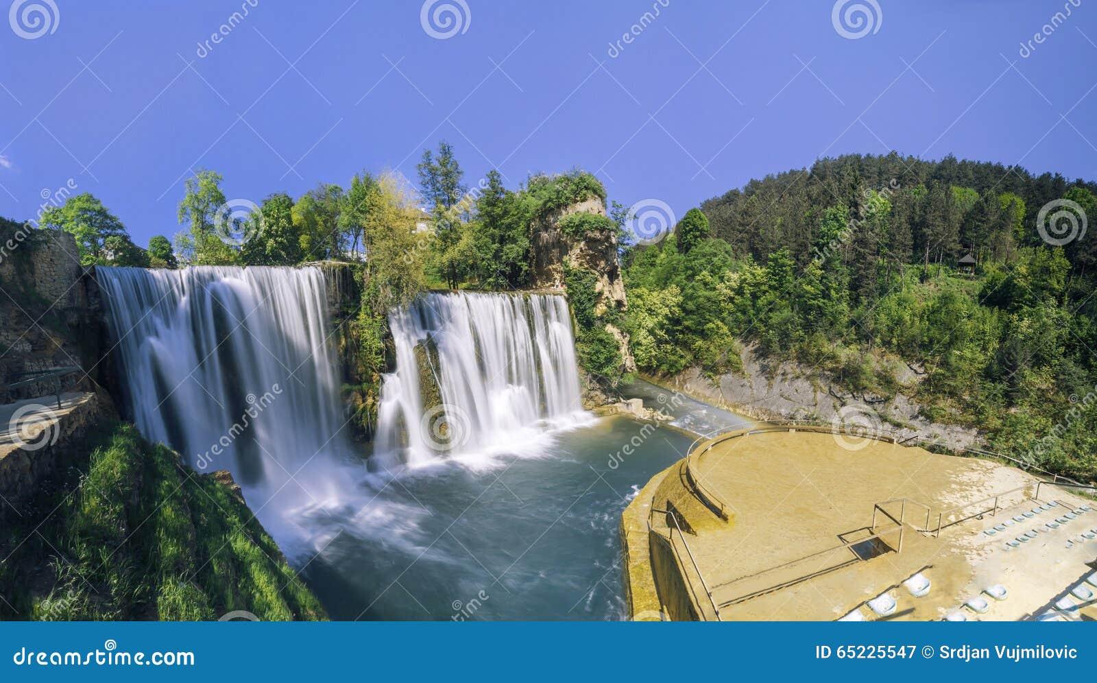 wasserf lle in der stadt jajce bosnien und herzegowina stockbild bild von clear balkan 65225547. Black Bedroom Furniture Sets. Home Design Ideas
