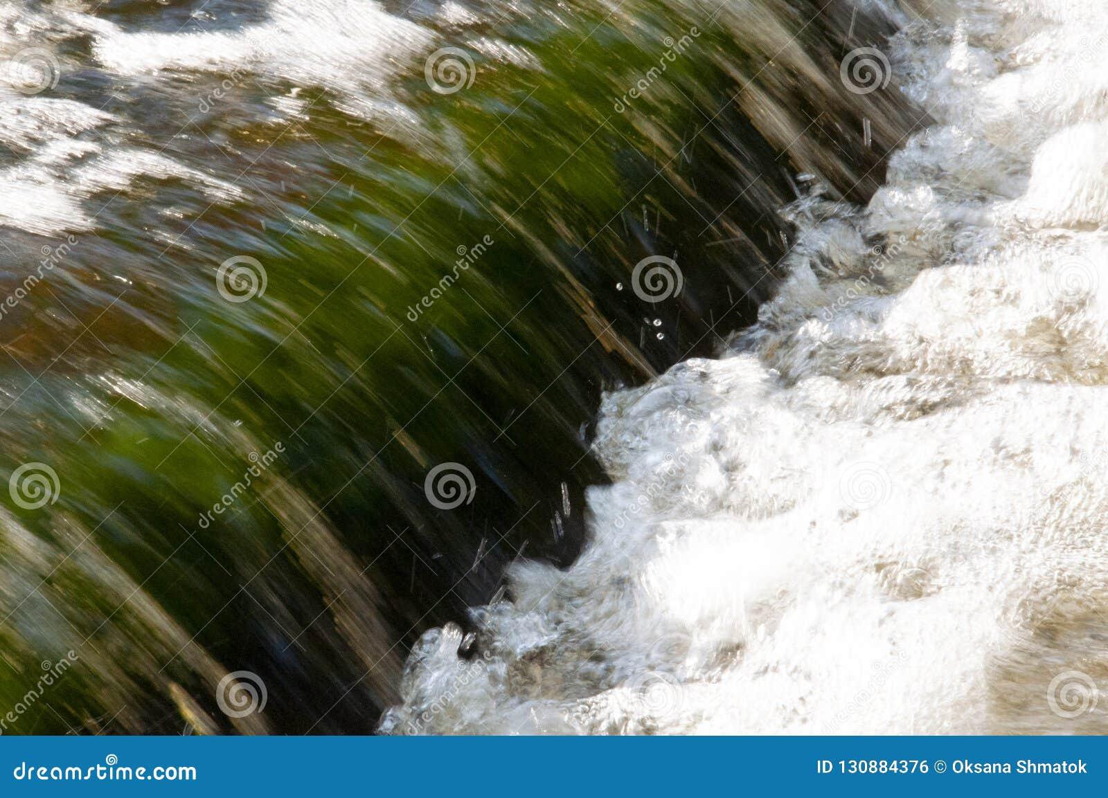 Wasserfälle im Sommer Klares und Süßwasser fallen unten Tönungen von Grünem und von weißem Fotography machte mit langer Zeitbelic