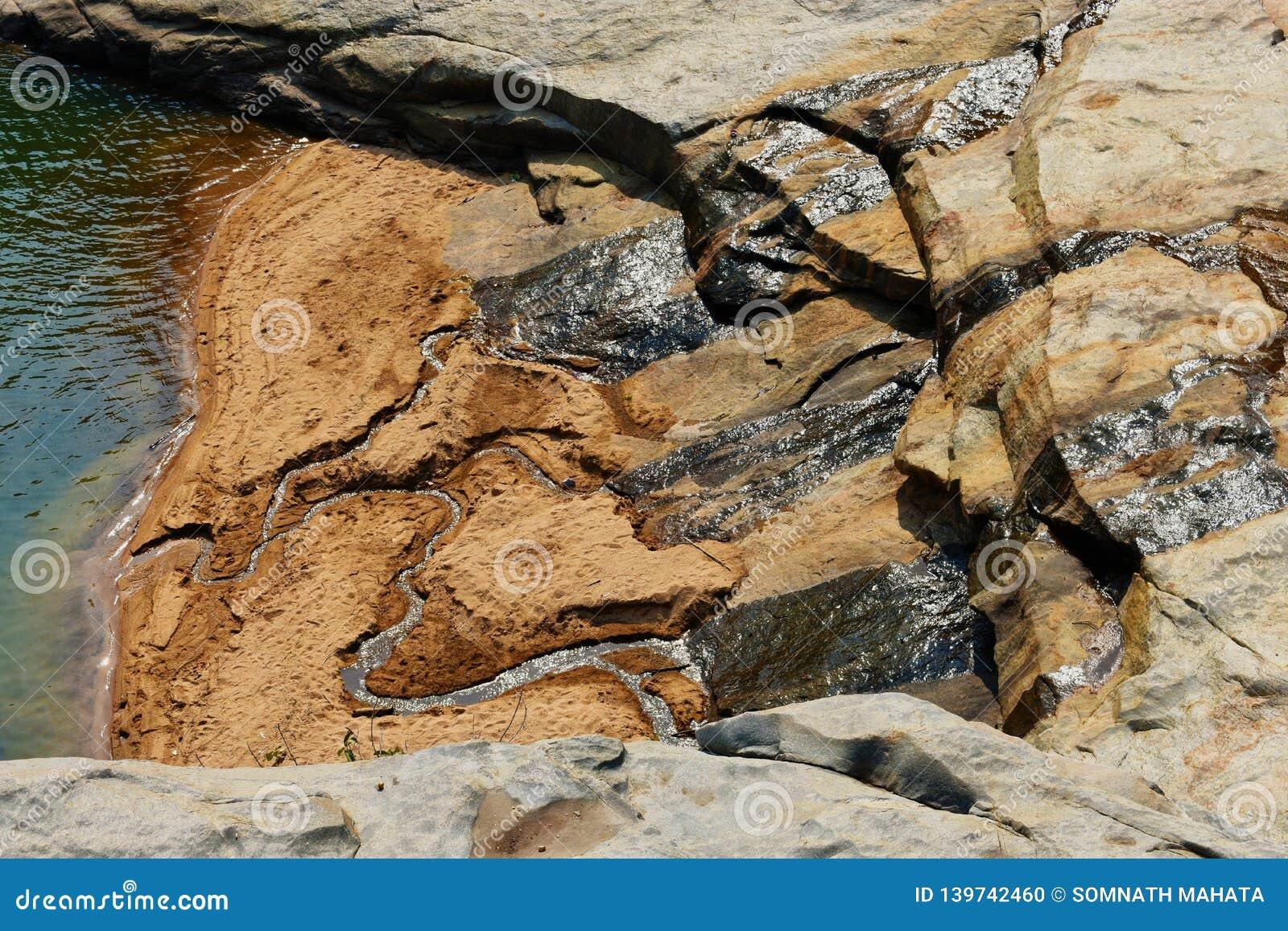 Wasserführung von einem Felsen
